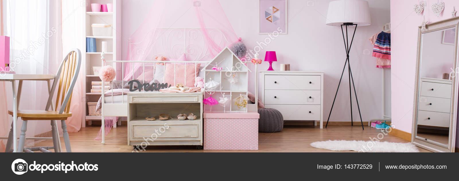 Dromerige slaapkamer van meisje — Stockfoto © photographee.eu #143772529
