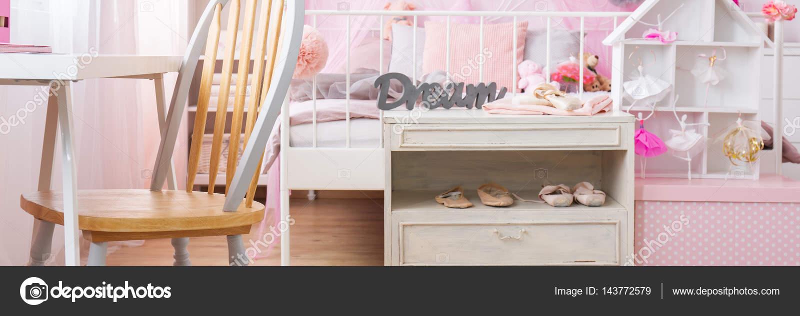 Mensola con pattini di balletto in camera da letto — Foto ...