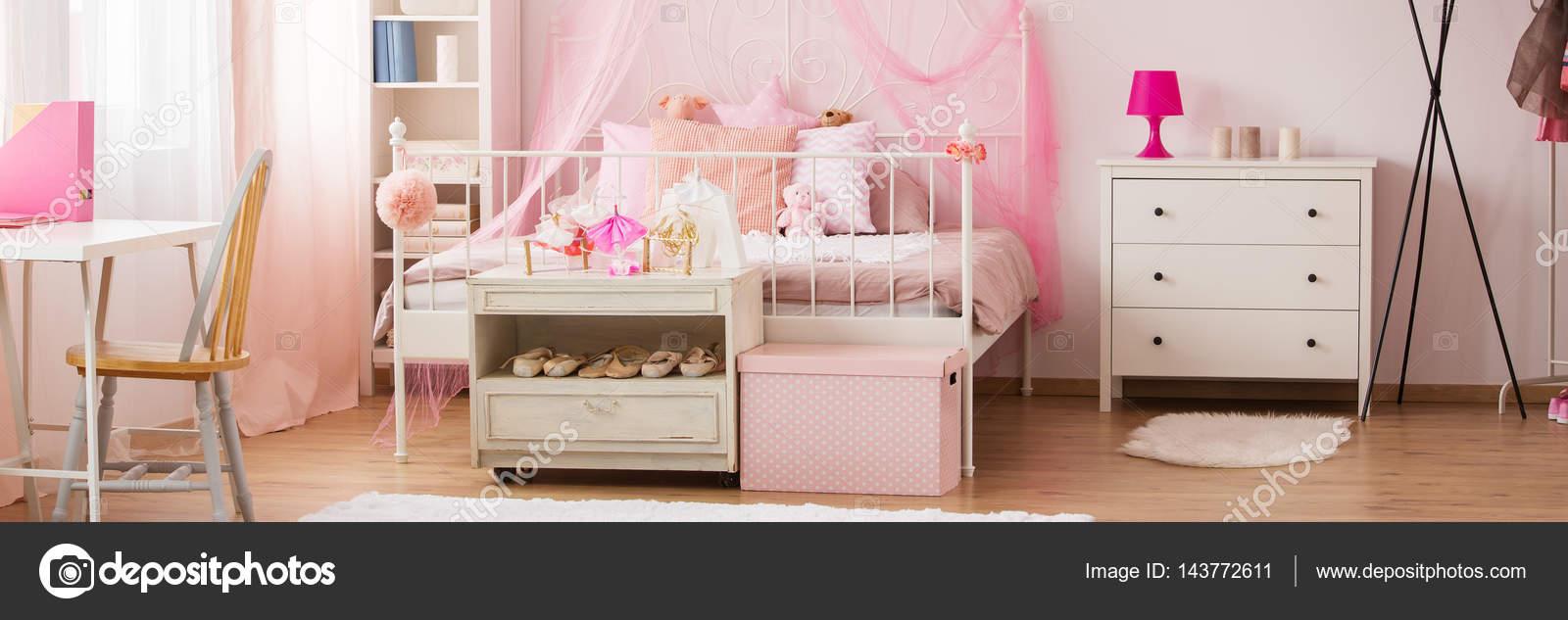 Des Mädchens verträumte Schlafzimmer Dekor — Stockfoto ...