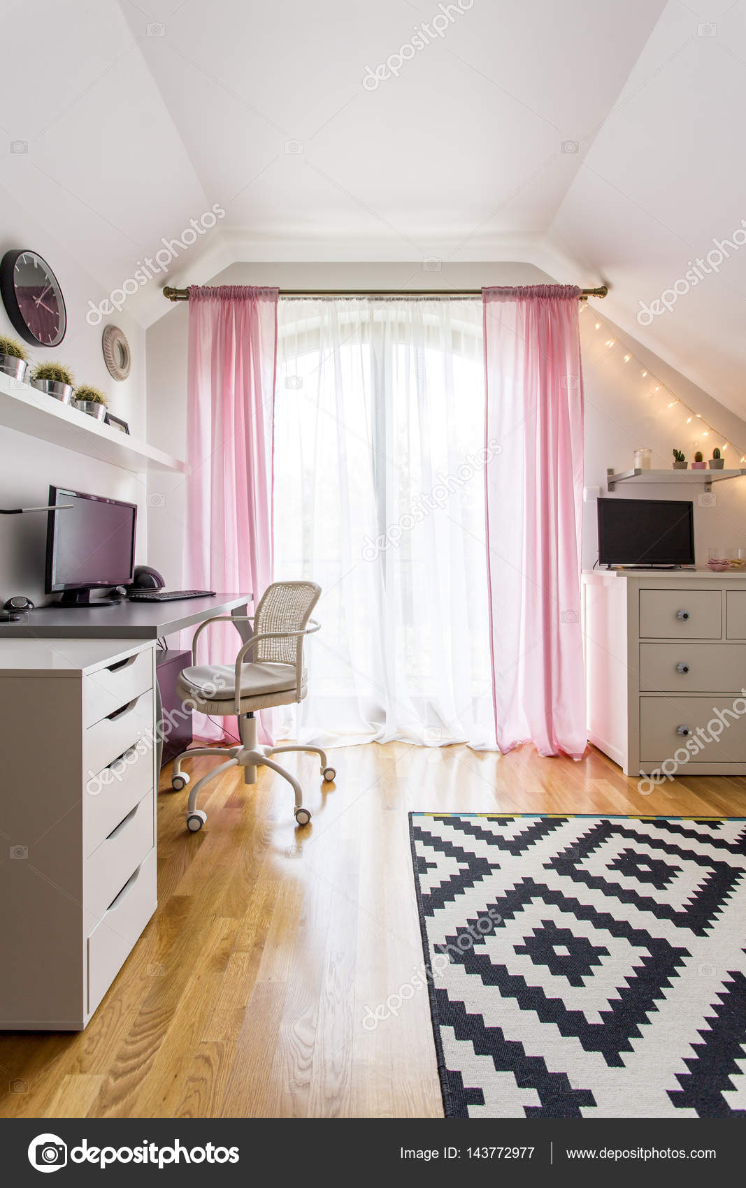 Teenager-Mädchen-Zimmer mit weißen Möbel — Stockfoto © photographee ...