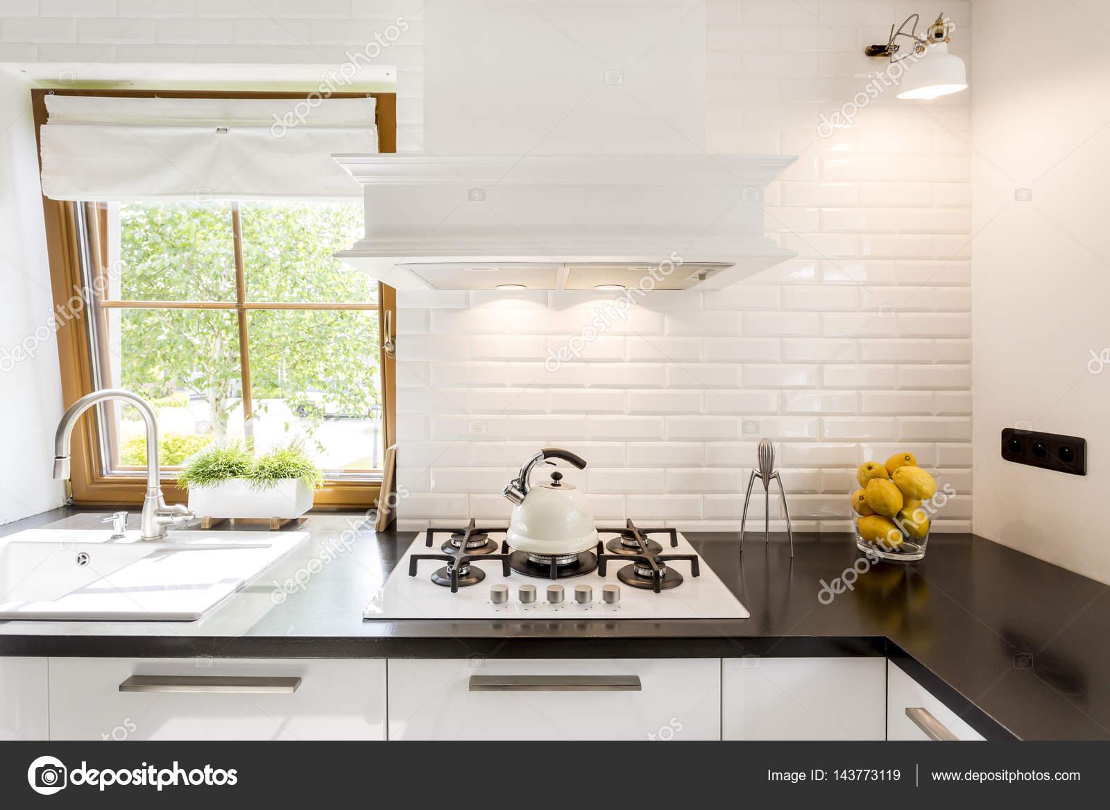 Biała Kuchnia Z Czarny Blat Zdjęcie Stockowe