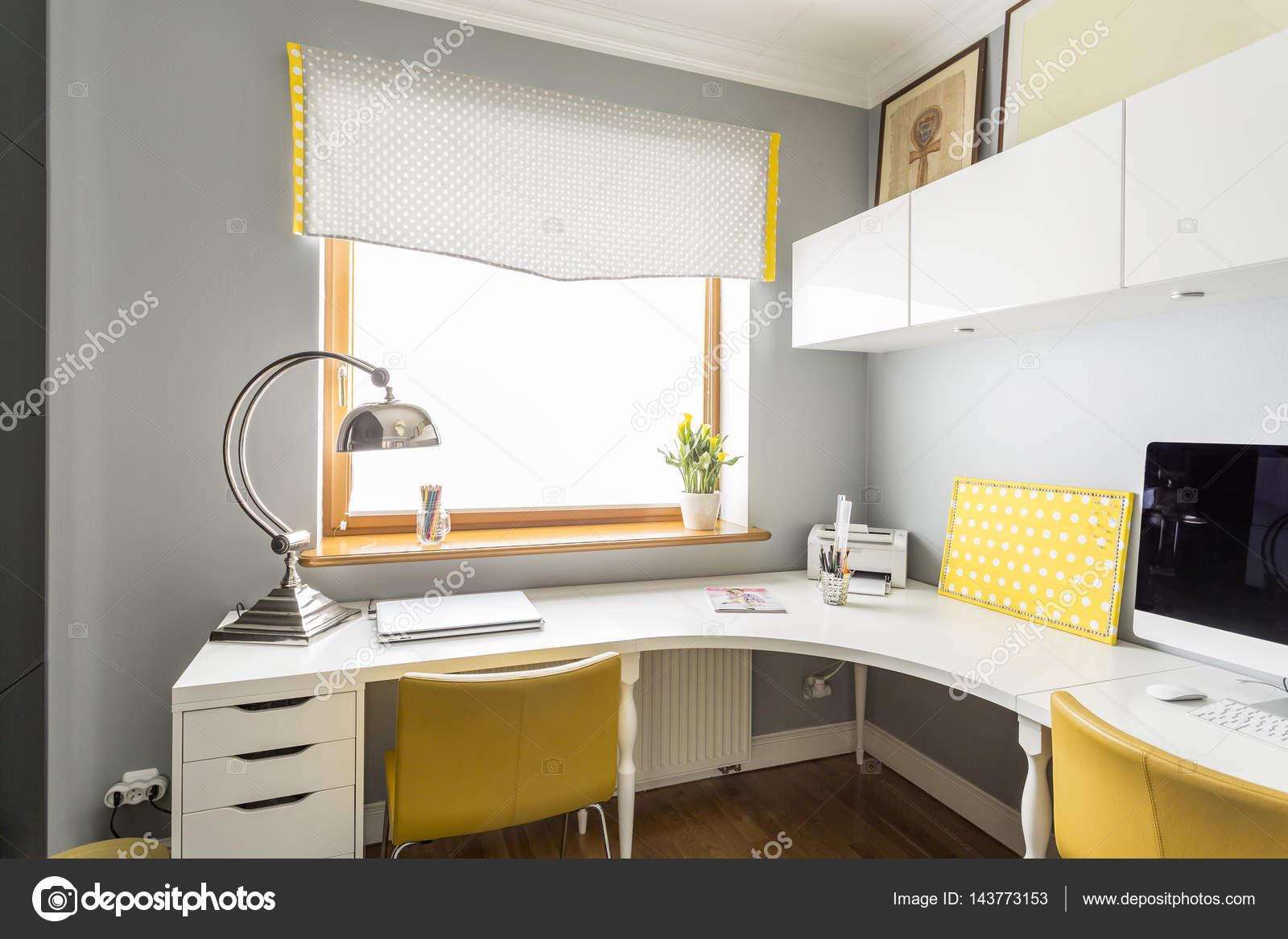 Grande, angolare scrivania in un ufficio — Foto Stock © photographee ...