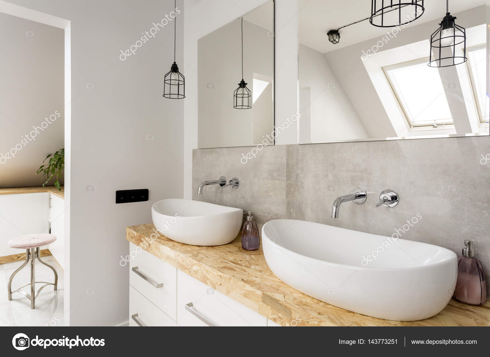 Minimalistische badkamer met twee wastafels u stockfoto
