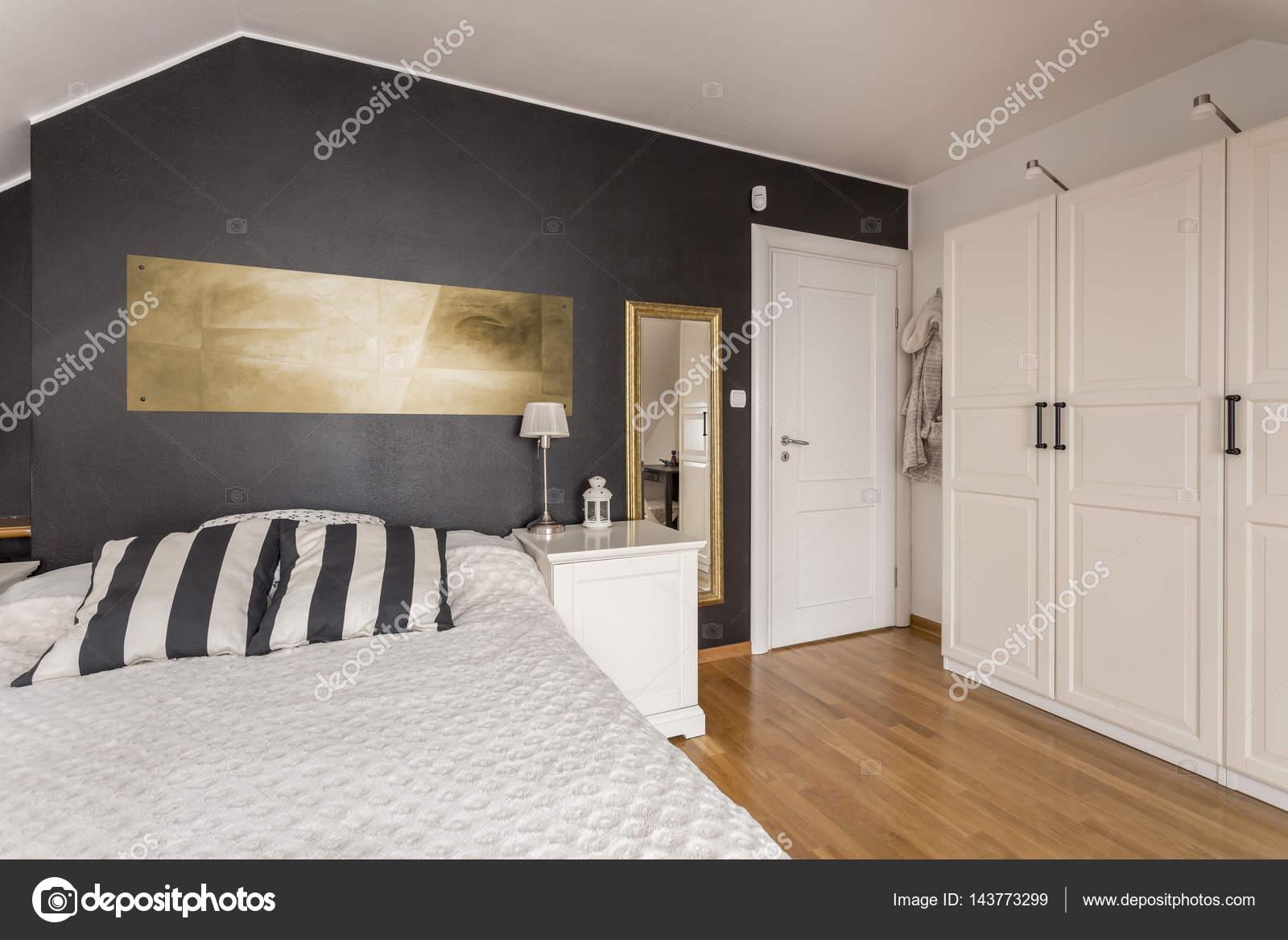 zwart wit slaapkamer met gouden accenten stockfoto