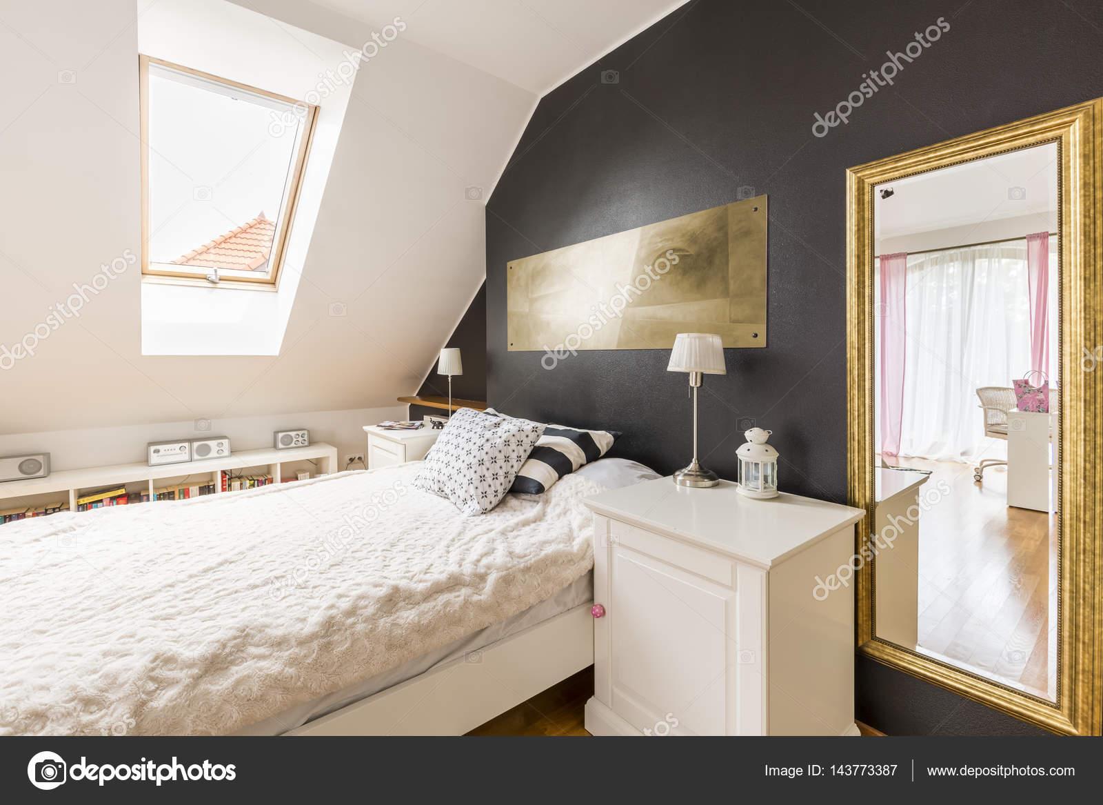Letto singolo e un comodino in camera da letto — Foto Stock ...