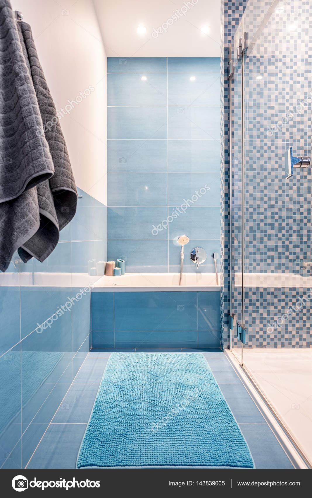 Badewanne im Bad blau — Stockfoto © photographee.eu #143839005