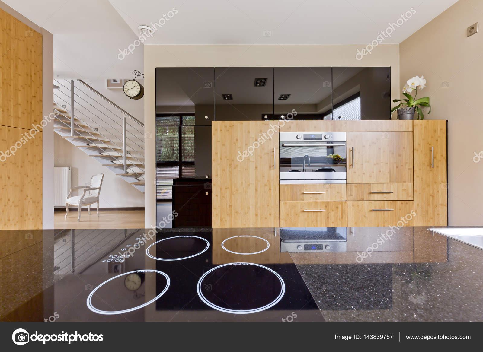Keuken Met Trap : Interieur van de keuken open voor de trap u2014 stockfoto © photographee