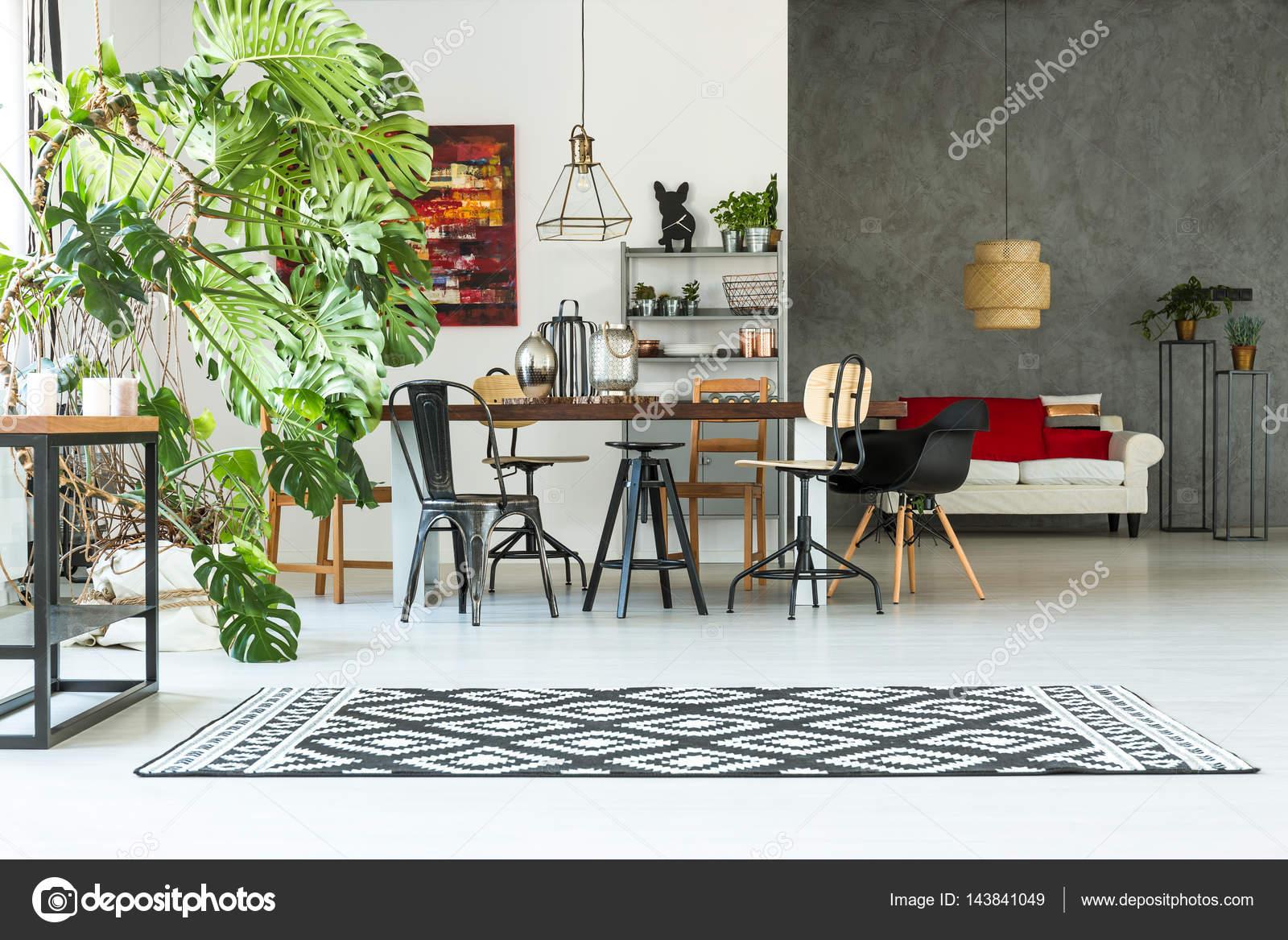 Loft-Interieur mit gemeinsamen Tisch — Stockfoto © photographee.eu ...