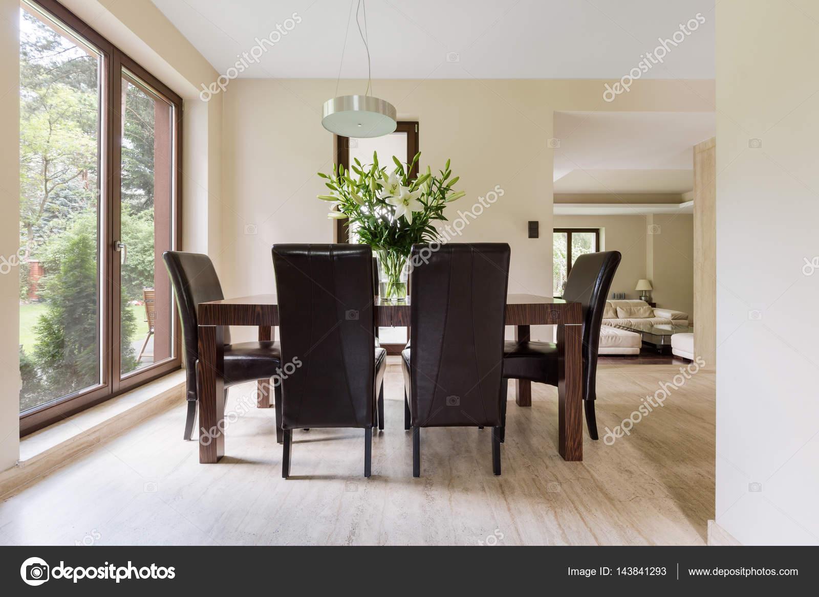 Luminosa sala da pranzo con tavolo in legno — Foto Stock ...
