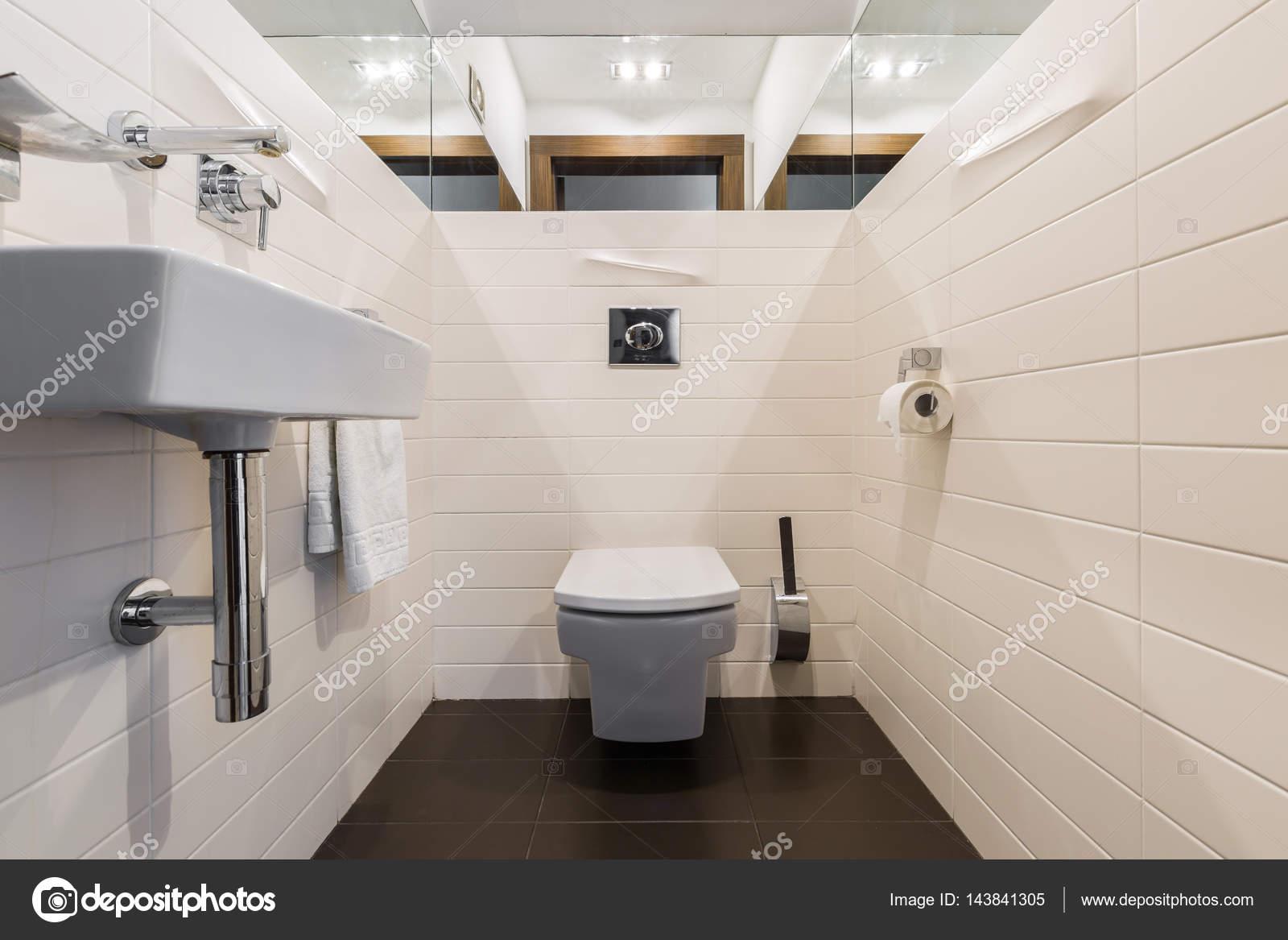 Minimalistische badezimmer mit wc und waschbecken u stockfoto