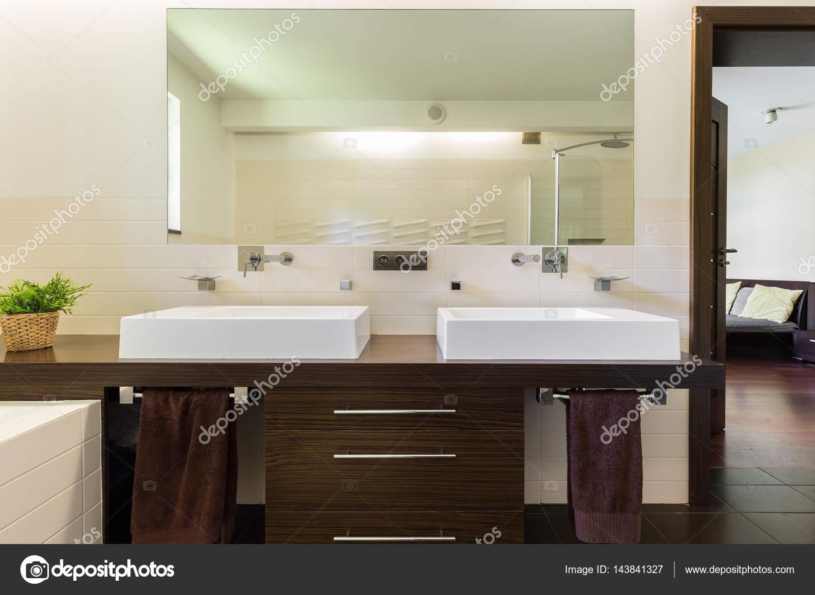 Master badkamer met twee wastafels en spiegel u stockfoto