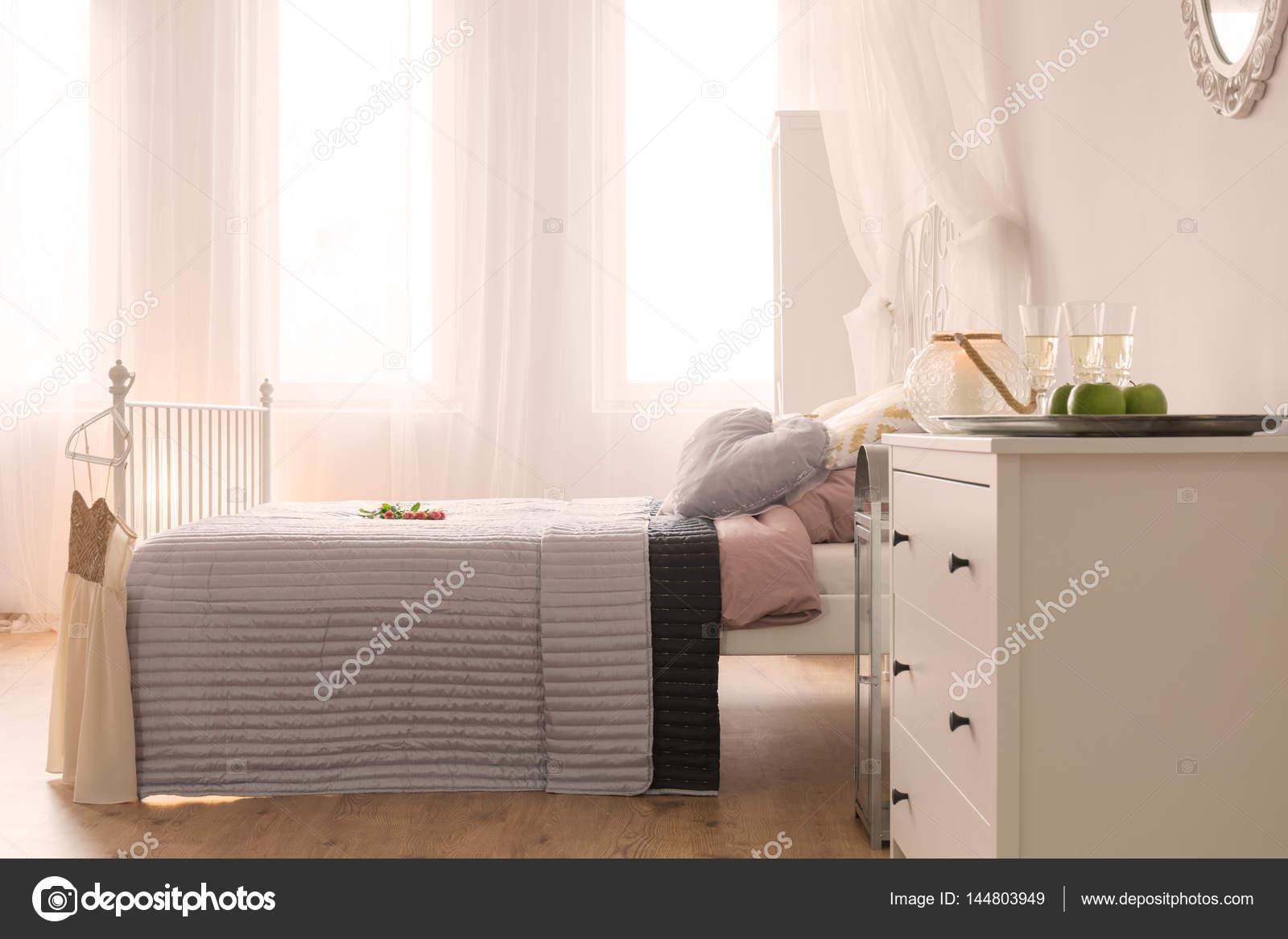 Dressoir Voor Slaapkamer : Slaapkamer met bed en dressoir u stockfoto photographee eu