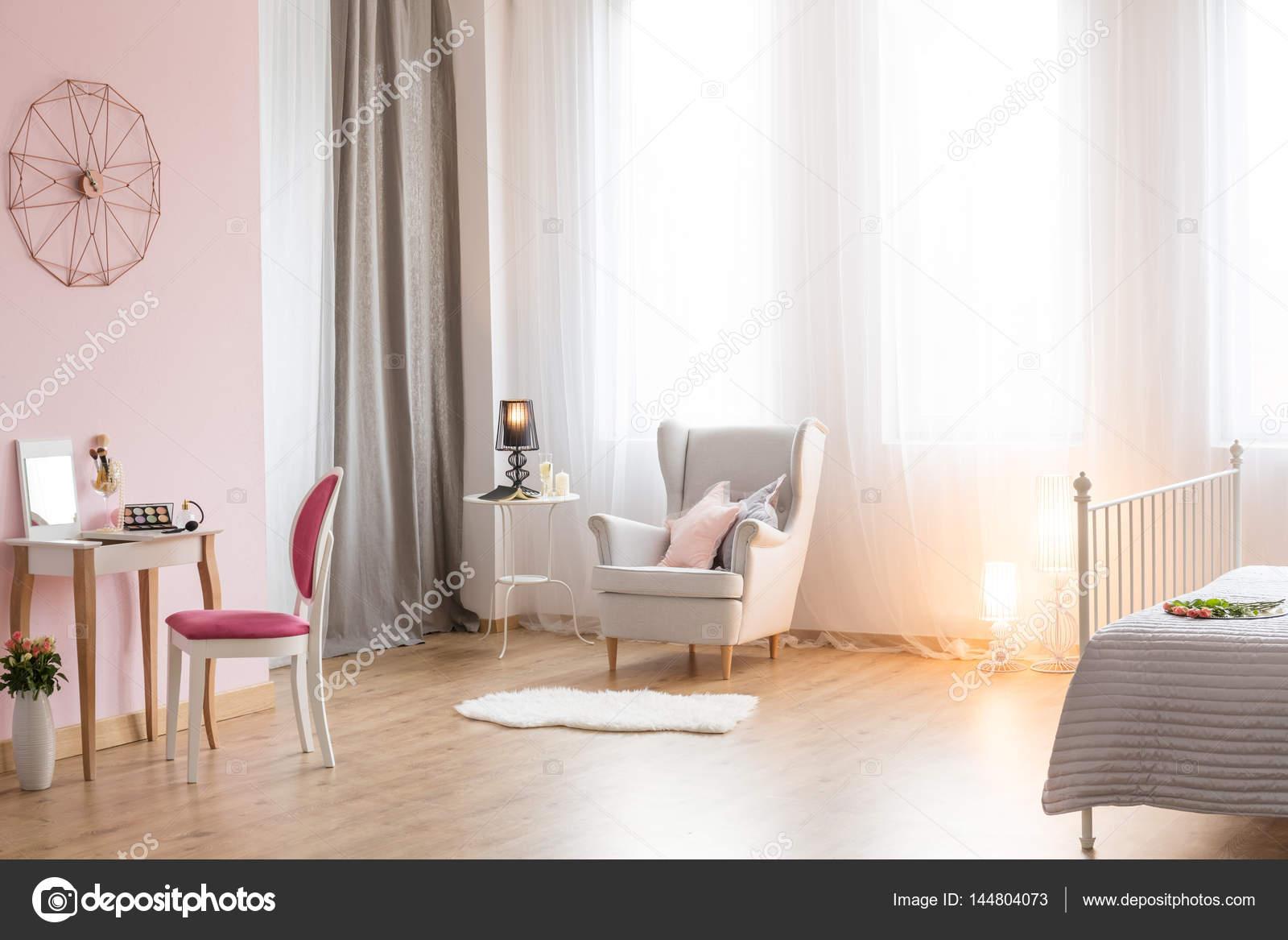 Immagini Camere Da Letto Romantiche : Camera da letto romantica con poltrona u foto stock photographee