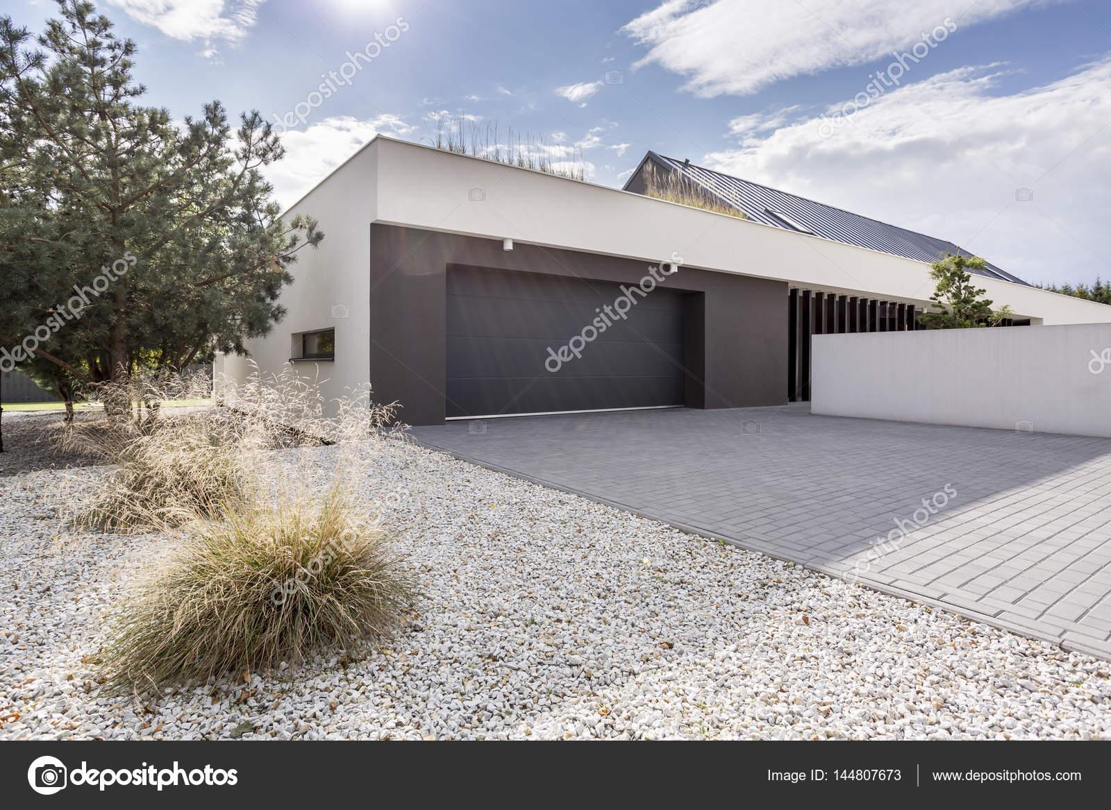 Haus mit doppelgarage  Haus mit Doppelgarage — Stockfoto © photographee.eu #144807673