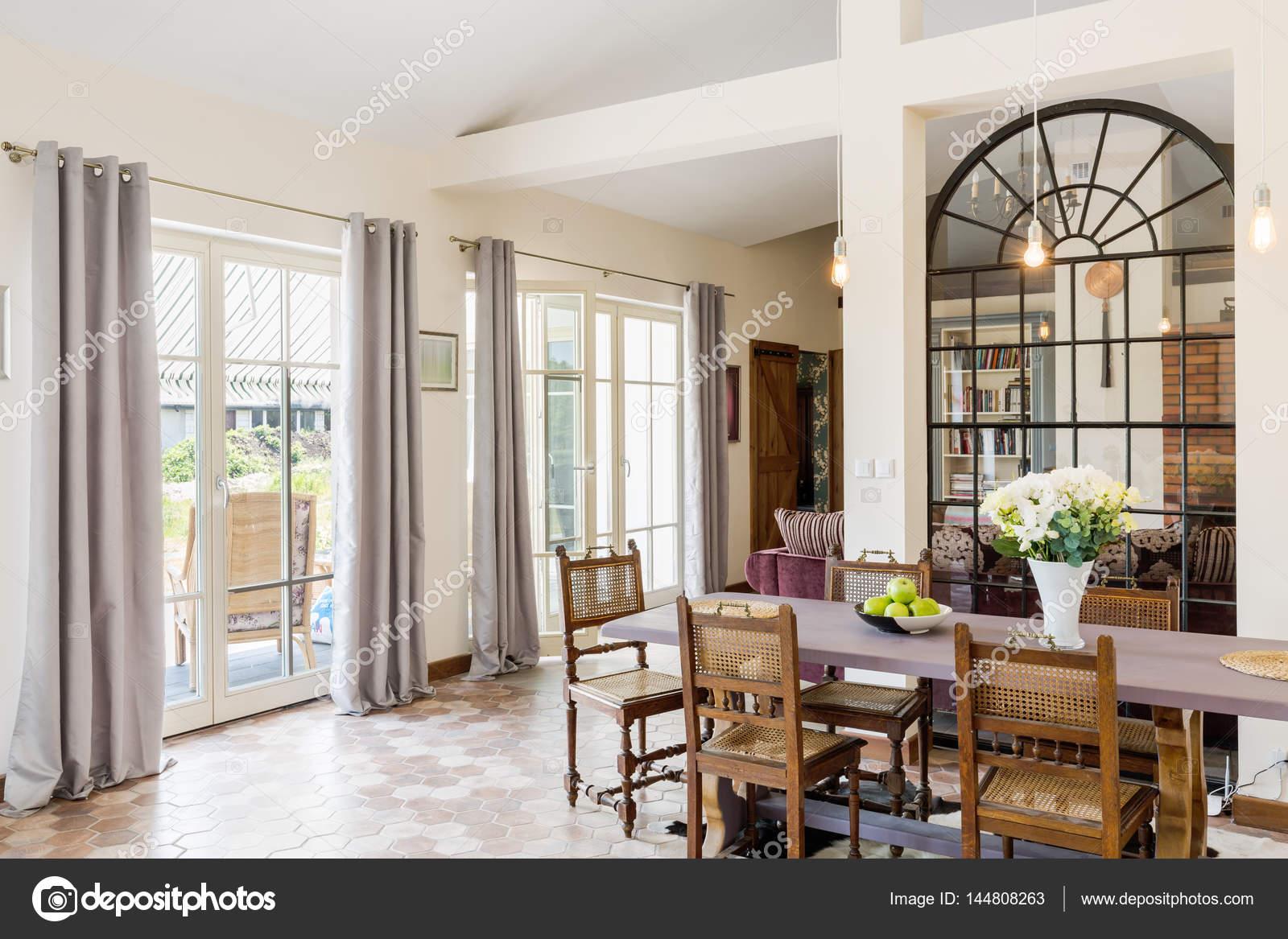 Heller Essbereich mit großem Tisch — Stockfoto © photographee.eu ...