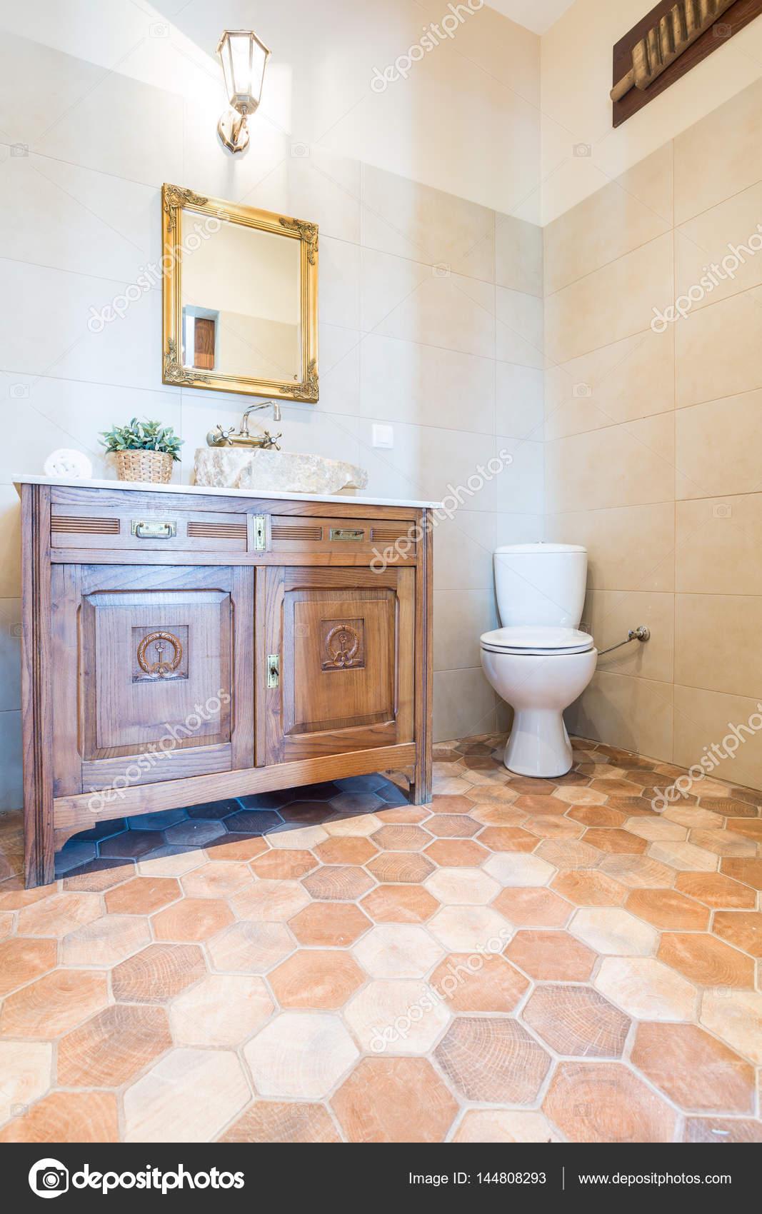 Bestandteil Der Räumlichen Elegantes Badezimmer Mit WC Sitz, Spiegel Und  Schrank U2014 Foto Von Photographee.eu