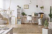 Stilvolles Zimmer mit Hängematte
