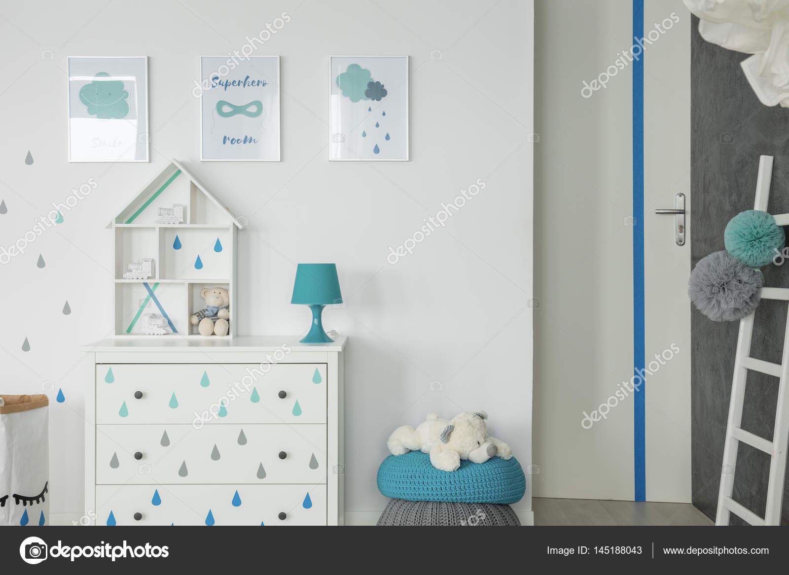 Dressoir Voor Slaapkamer : Witte baby slaapkamer met dressoir u stockfoto photographee eu
