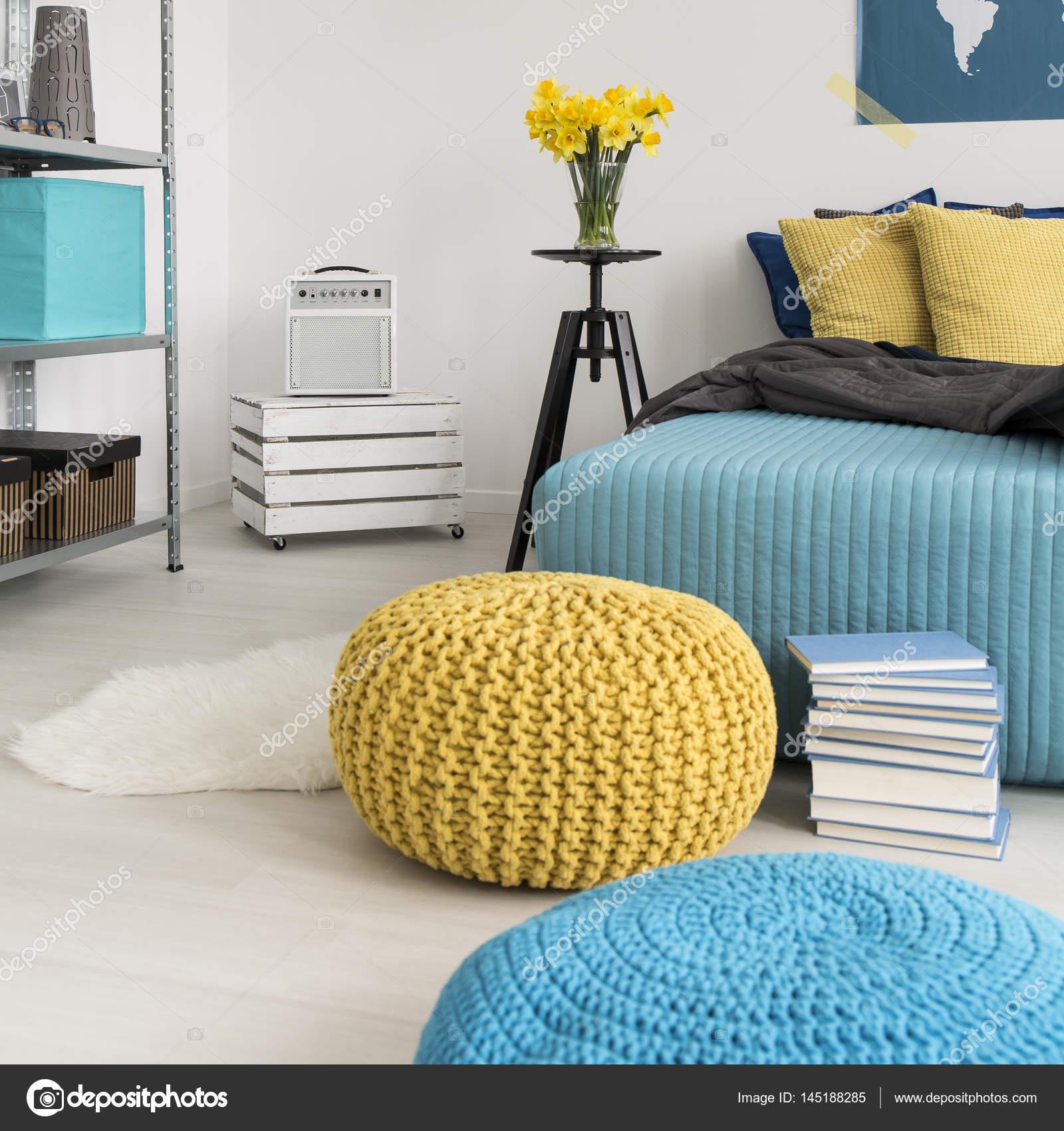 Pouf e letto in camera da letto — Foto Stock © photographee.eu ...