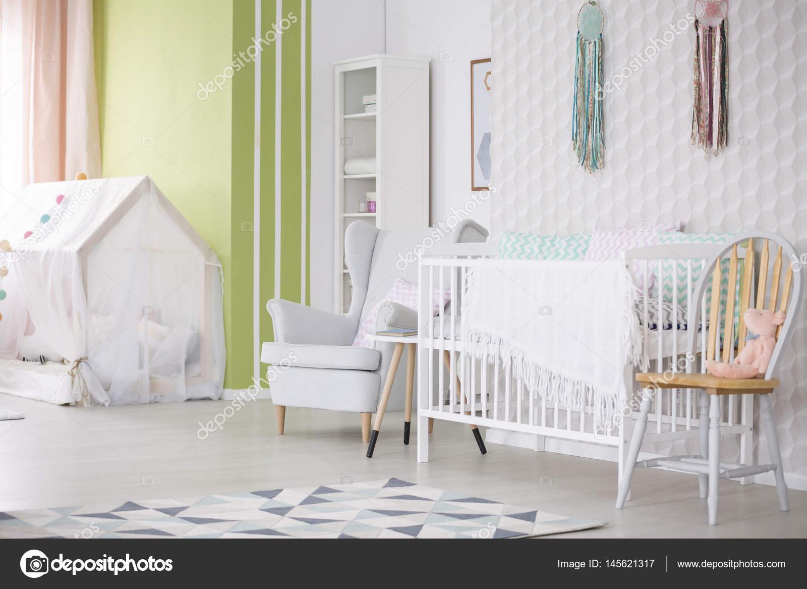 Sessel Babyzimmer babyzimmer mit stuhl sessel und krippe stockfoto photographee