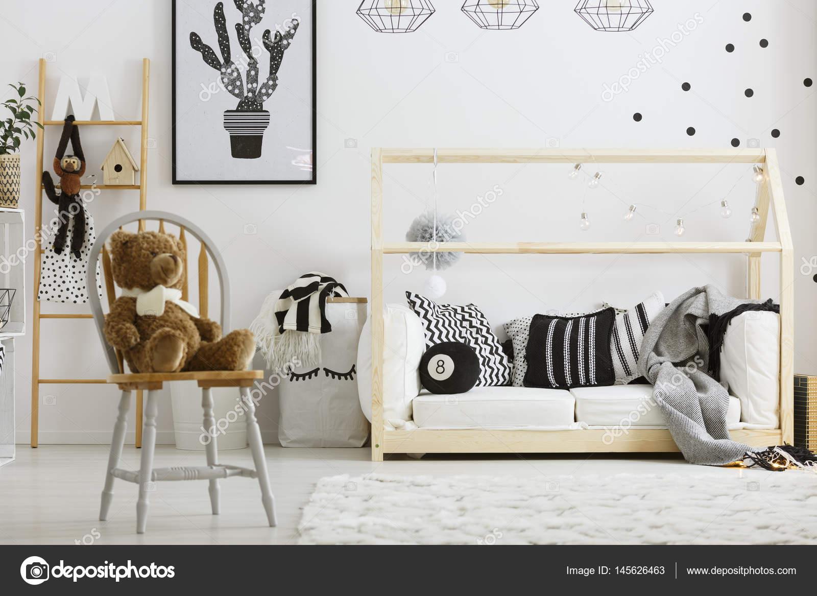 jongen slaapkamer met huis bed stockfoto