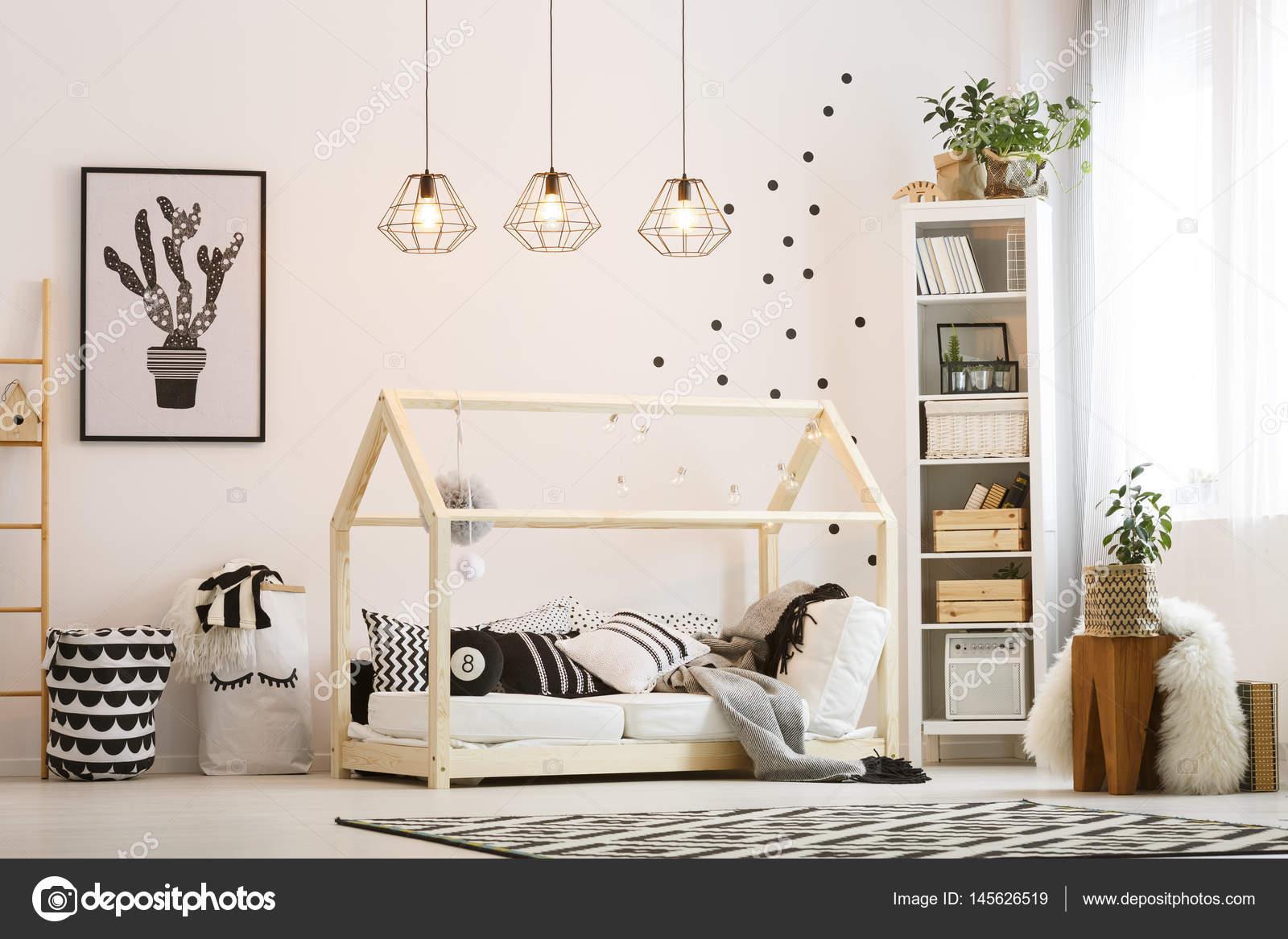 eco vriendelijke kind slaapkamer met houten bed en moderne lampen foto van photographeeeu