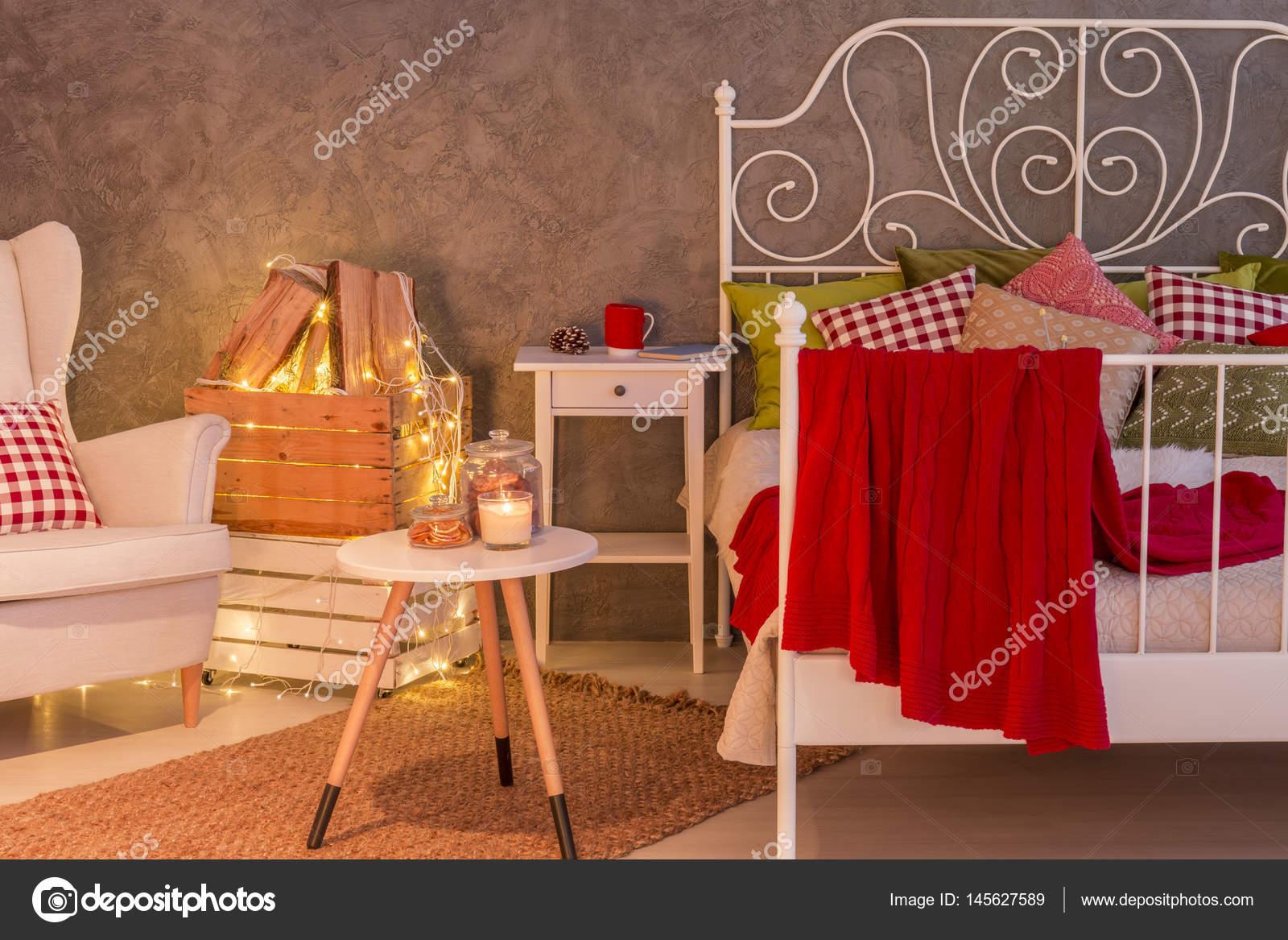 Camera Da Letto Romantica Con Candele : Elegante camera da letto con le candele u2014 foto stock © photographee