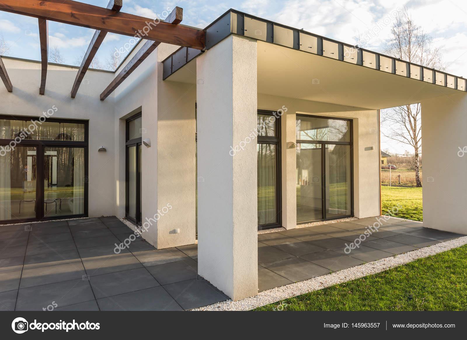 Huis terras met pergola en tuin u stockfoto photographee eu