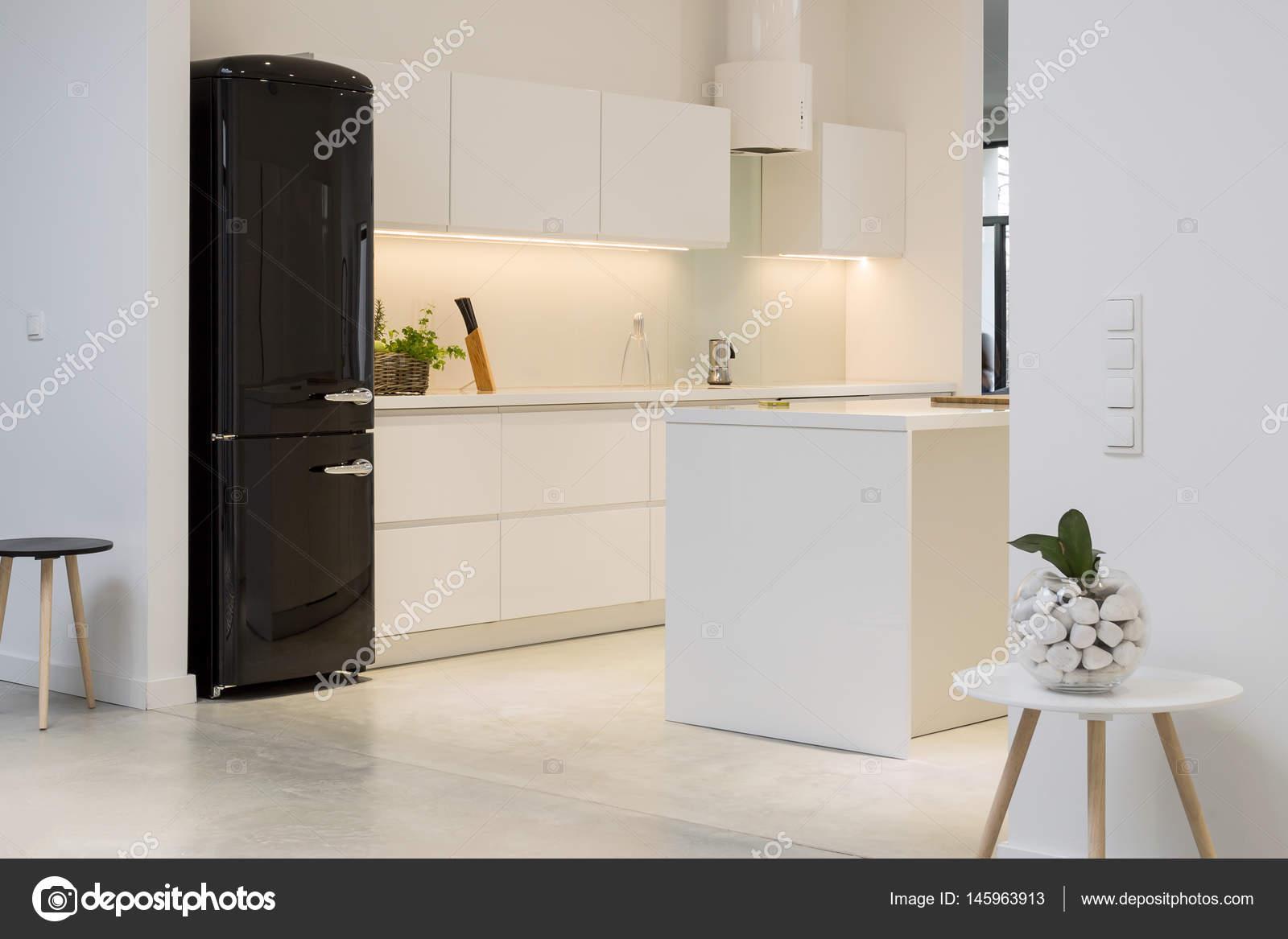 Witte Minimalistische Woonkeuken : Witte keuken met zwart koelkast u stockfoto photographee eu