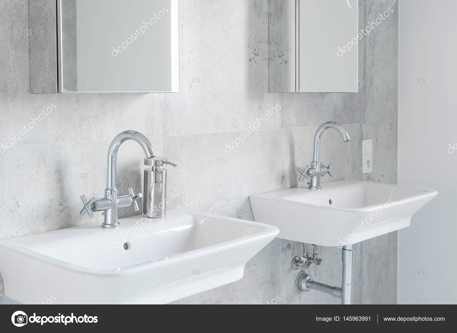 Minimalistische modernistische badkamer met wastafels u stockfoto