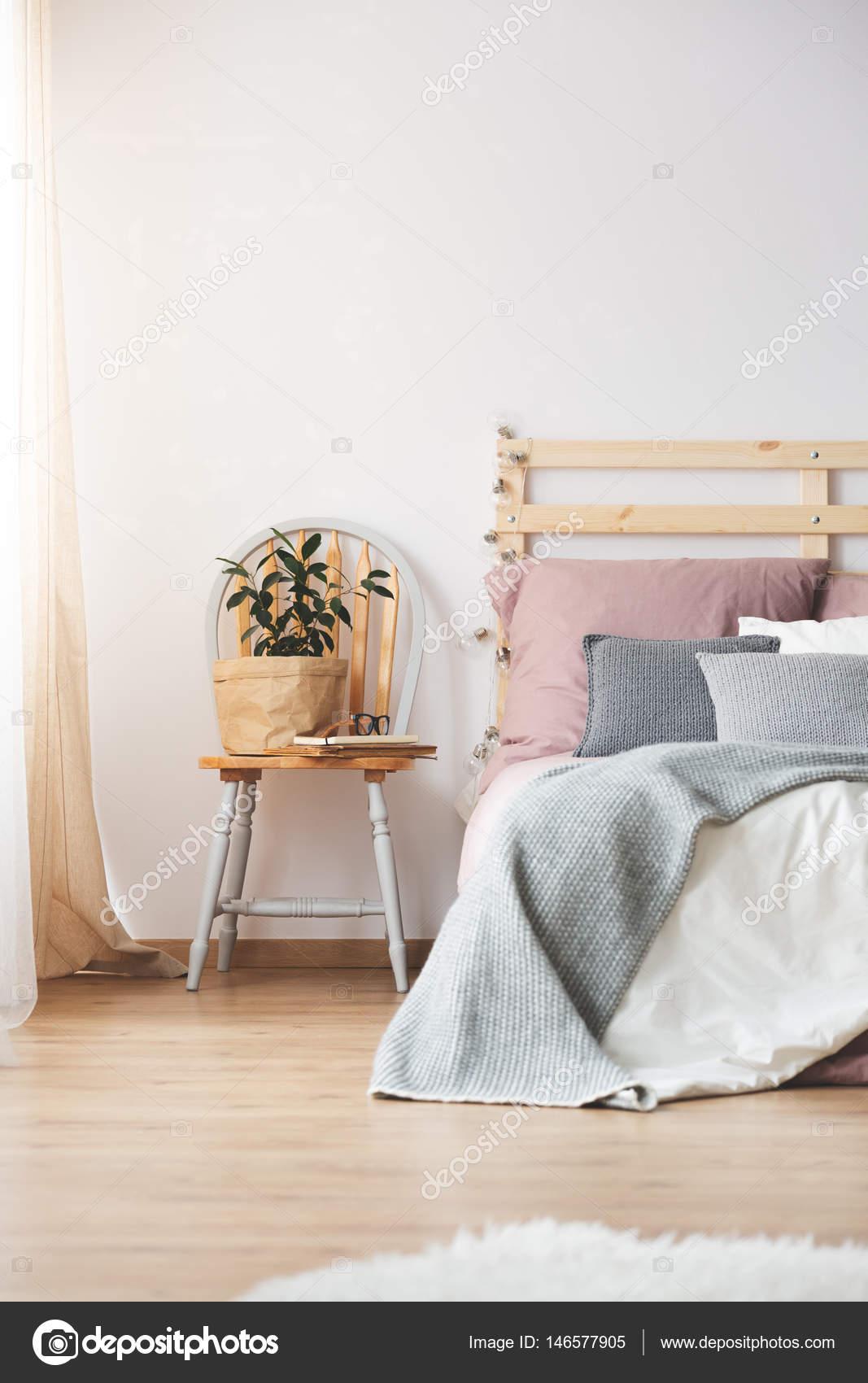 Stoel en bed in de slaapkamer — Stockfoto © photographee.eu #146577905