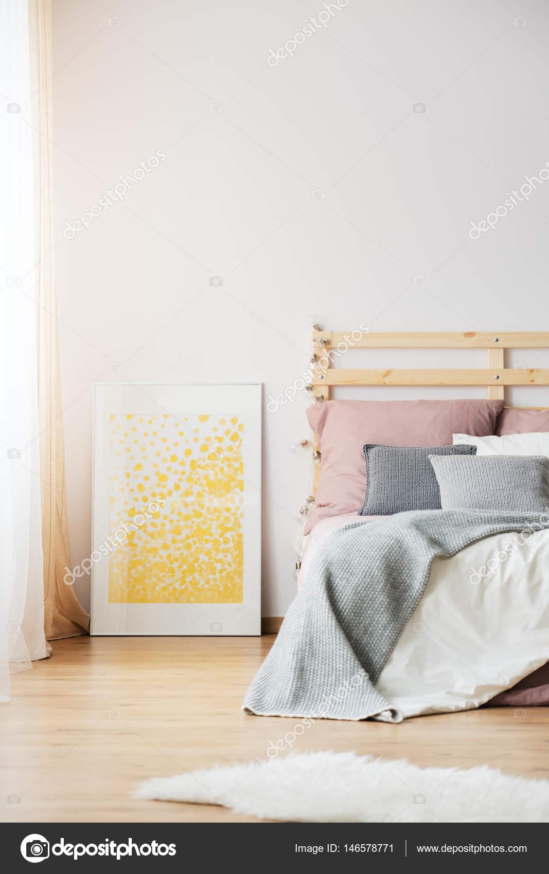 żółty Plakat W Sypialni Zdjęcie Stockowe Photographeeeu