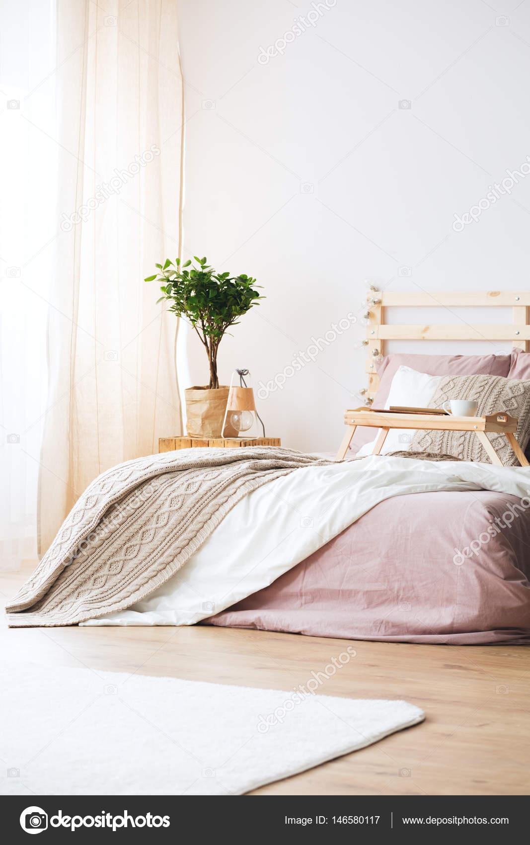 Bed in lichte slaapkamer — Stockfoto © photographee.eu #146580117
