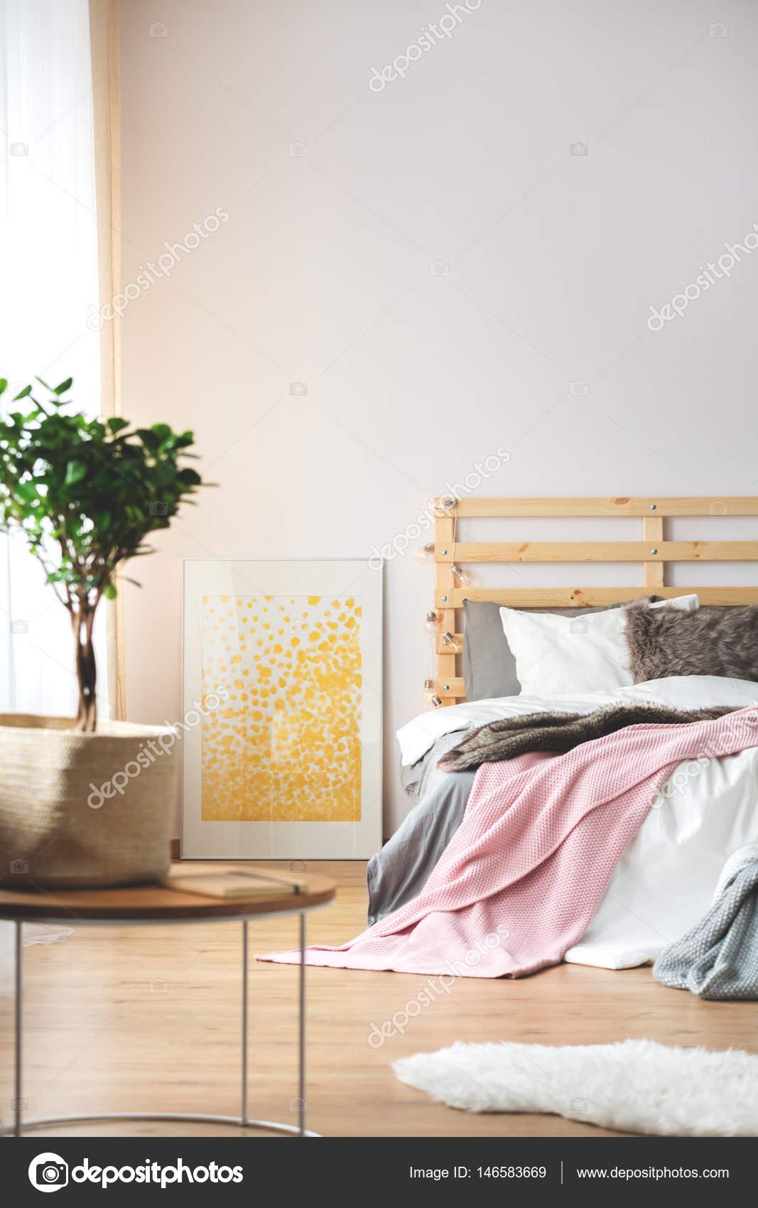 Anlage und Poster im Schlafzimmer — Stockfoto © photographee ...