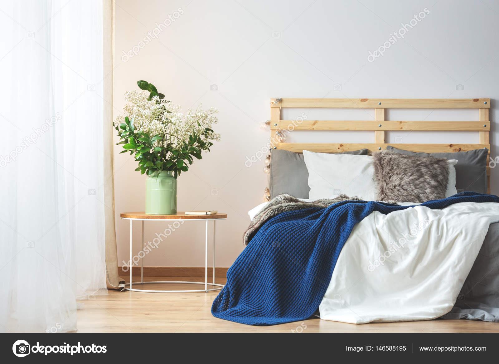 Bett Und Blumen Im Schlafzimmer Stockfoto C Photographee Eu 146588195