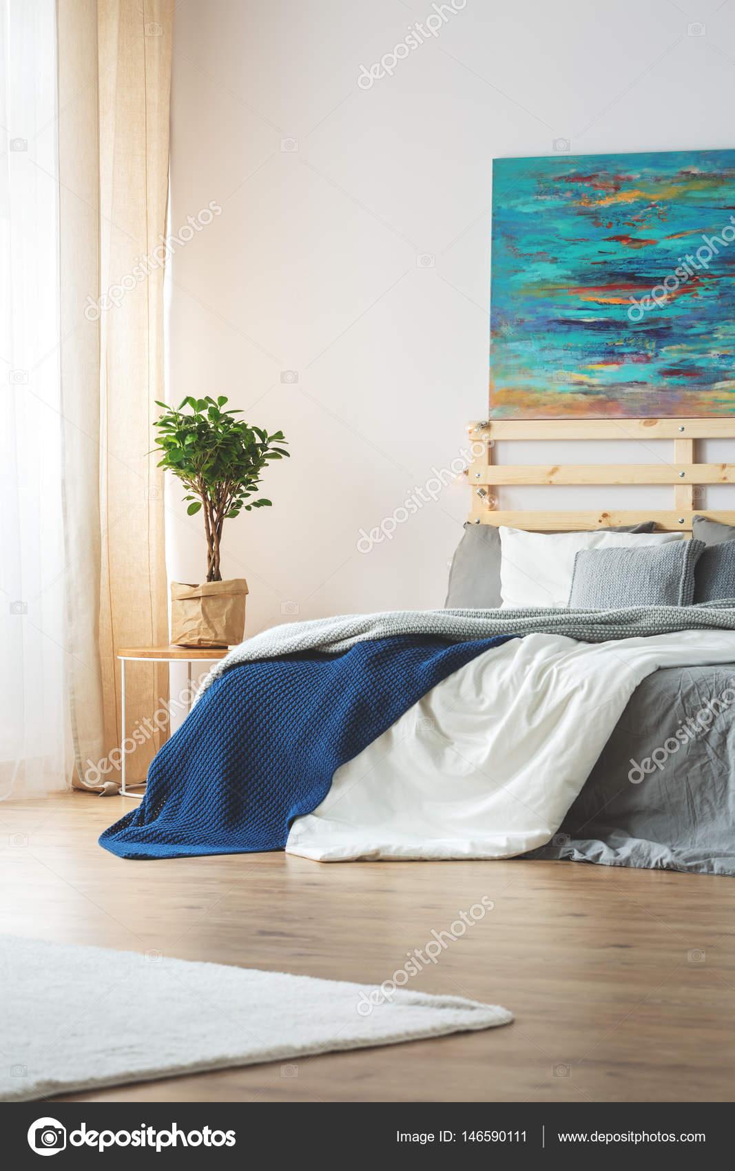 Chambre à coucher avec peinture bleu — Photographie ...