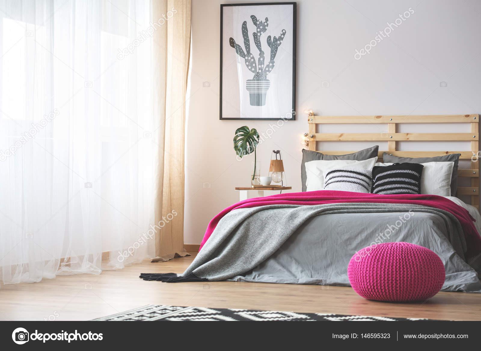 Slaapkamer met roze accessoires — Stockfoto © photographee.eu #146595323