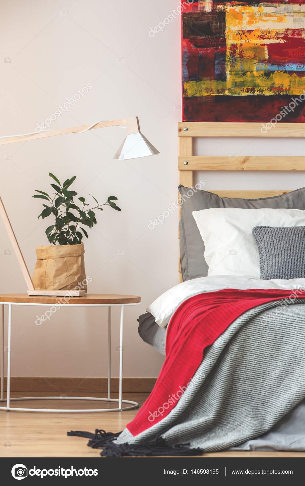 Slaapkamer met plant, lamp en schilderen — Stockfoto © photographee ...