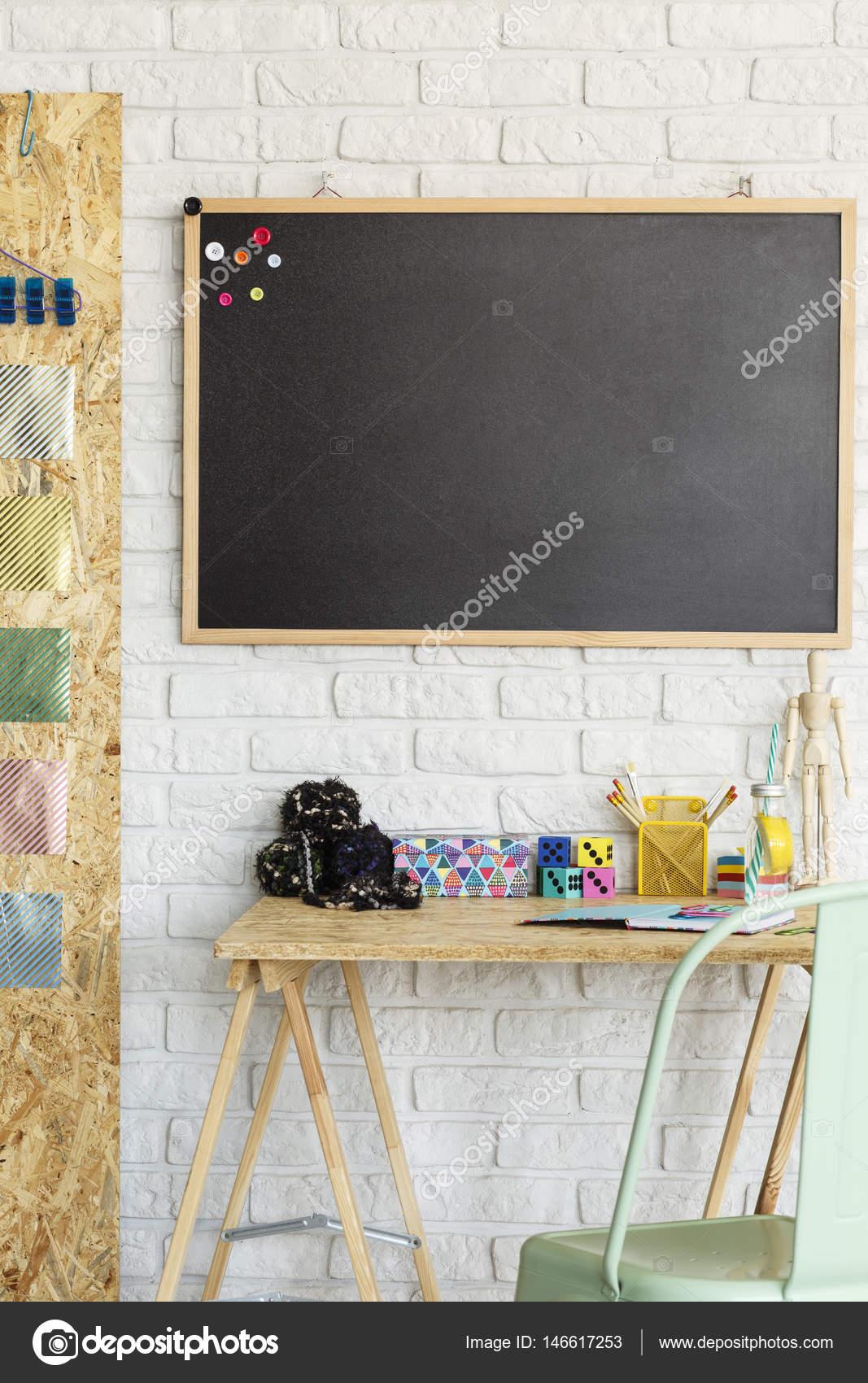 Zimmer mit Tafel und Schreibtisch — Stockfoto © photographee.eu ...