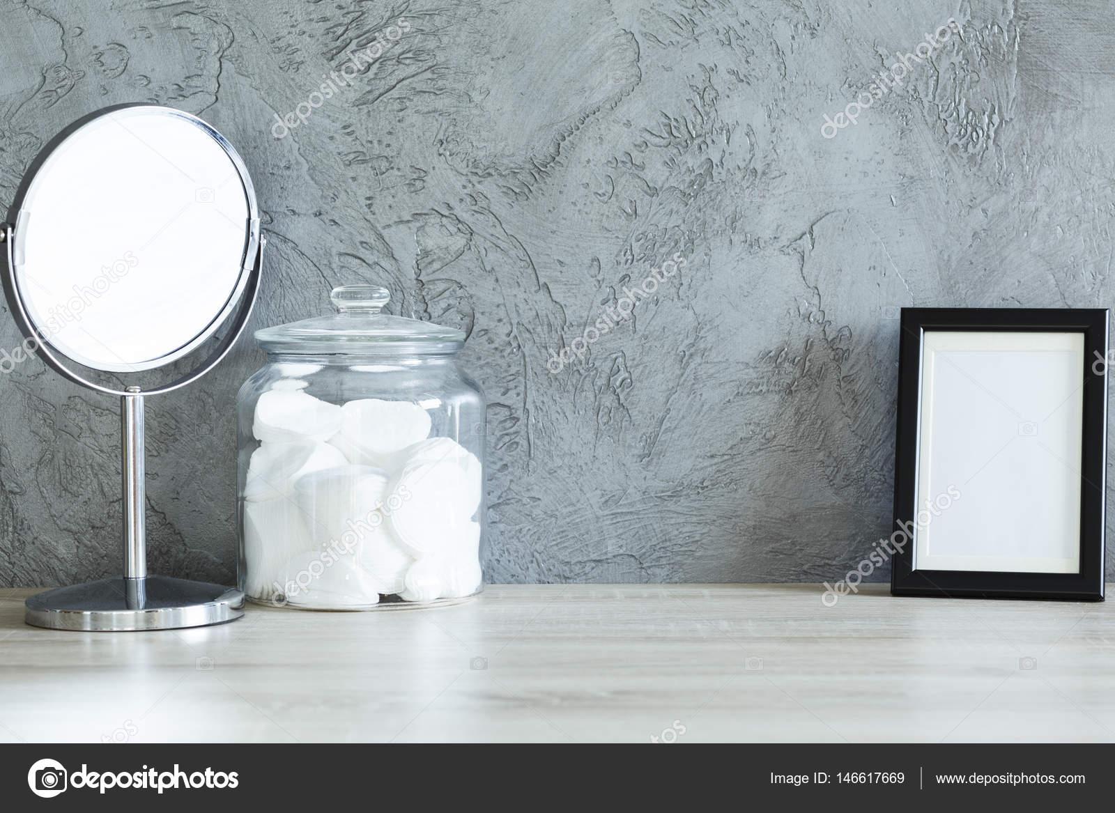 Bureau avec miroir tampons de coton et trame u photographie