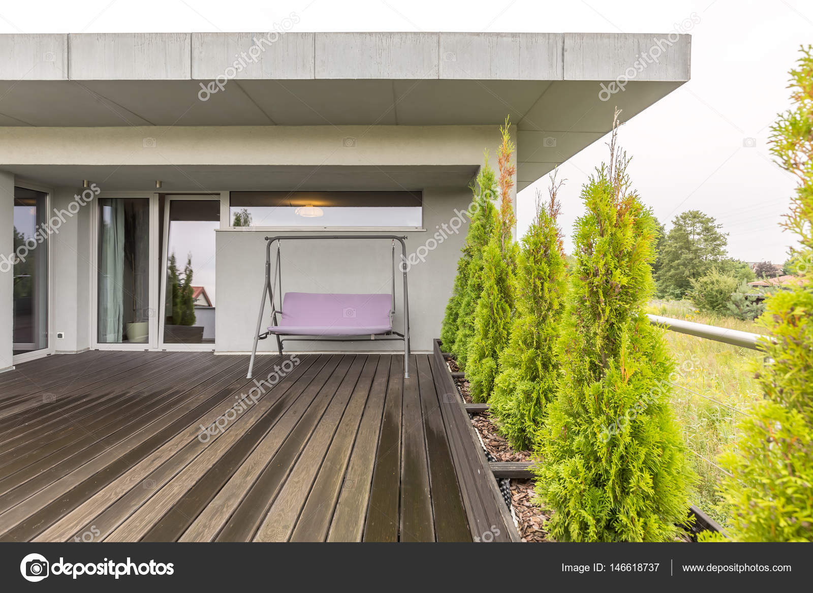 Houten terras met veranda schommel u stockfoto photographee eu