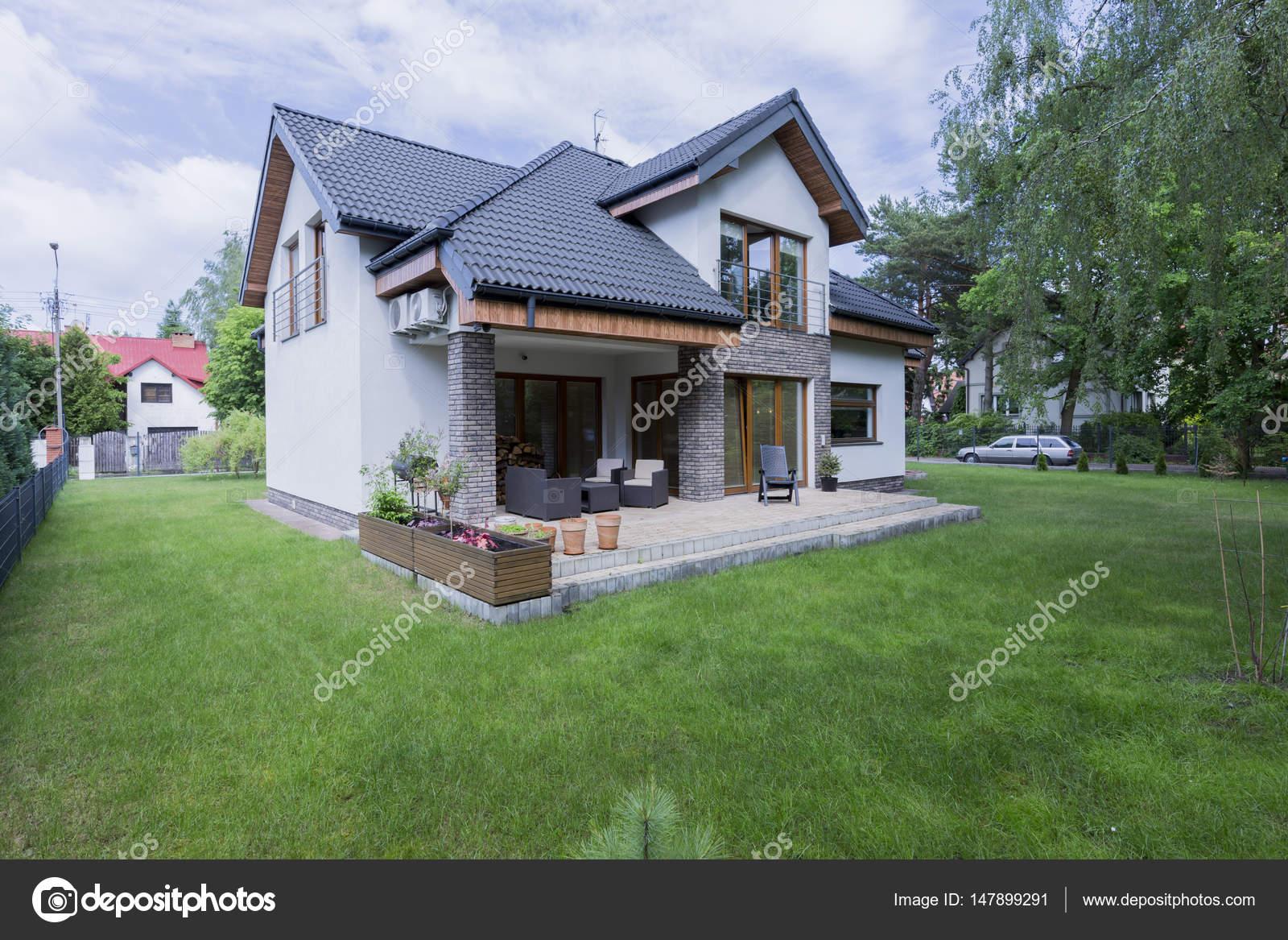Buitenkant van de vrijstaande woning met terras u stockfoto