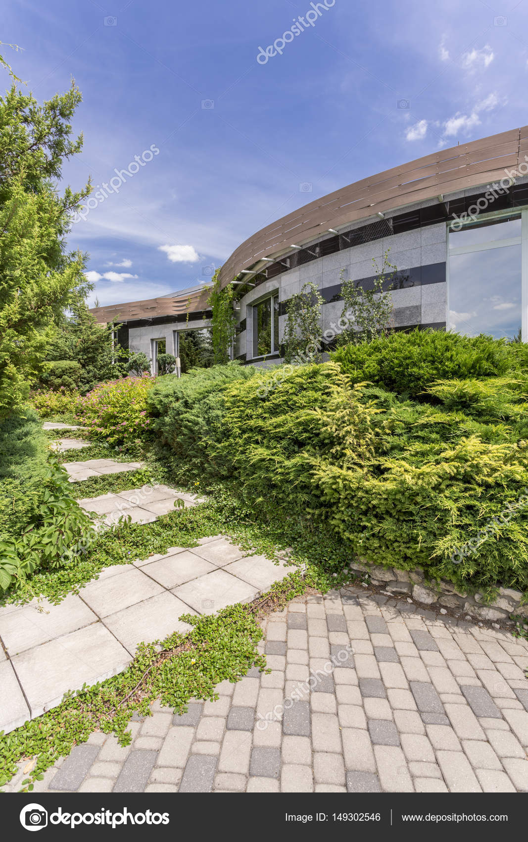 Amüsant Hausfassade Modern Dekoration Von Moderne Fassade, Umgeben Von Pflanzen — Stockfoto