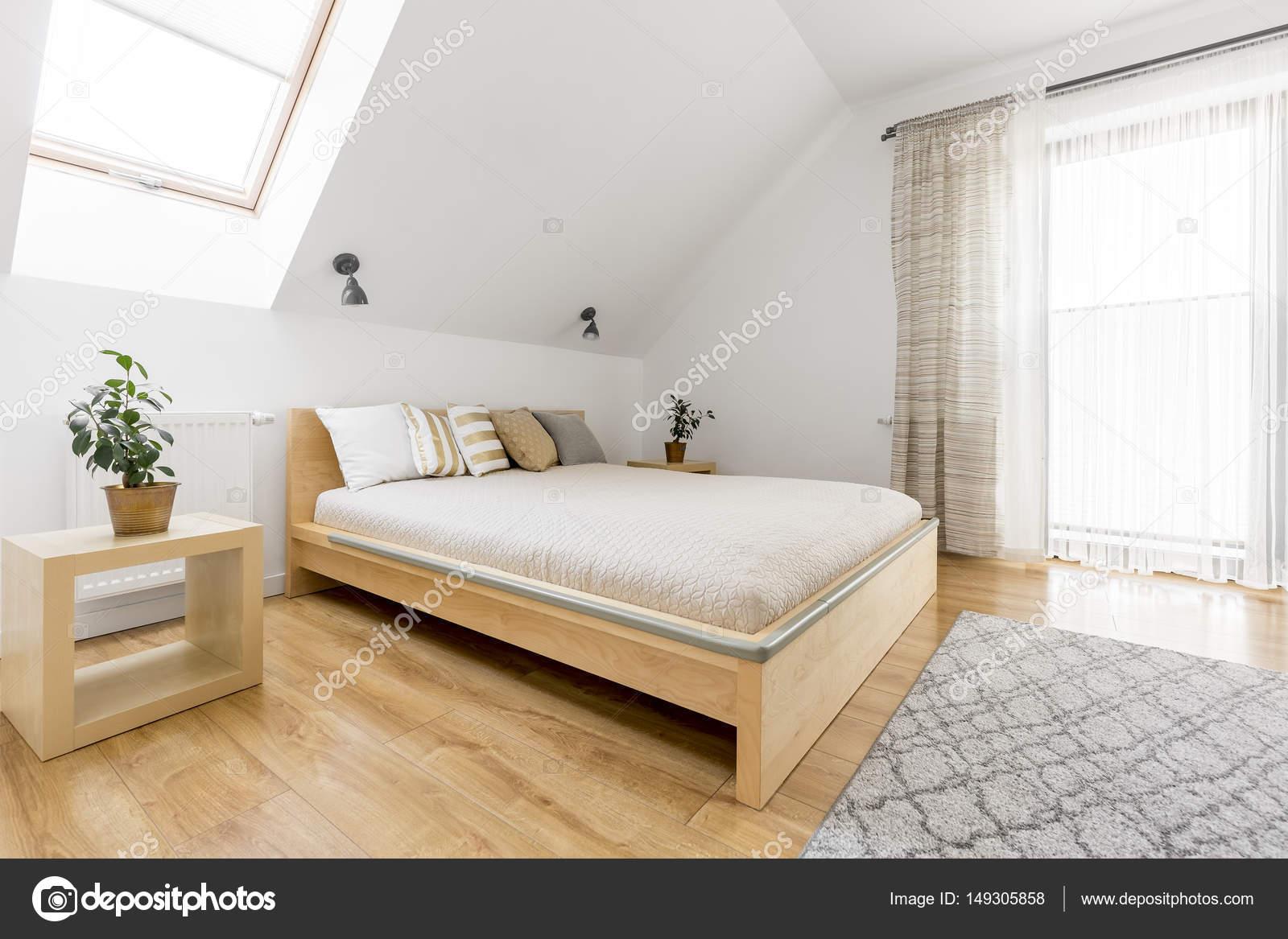 Lichte slaapkamer met tweepersoonsbed — Stockfoto © photographee.eu ...