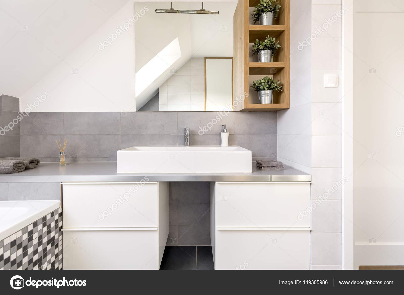 Badkamer met witte kasten — Stockfoto © photographee.eu #149305986