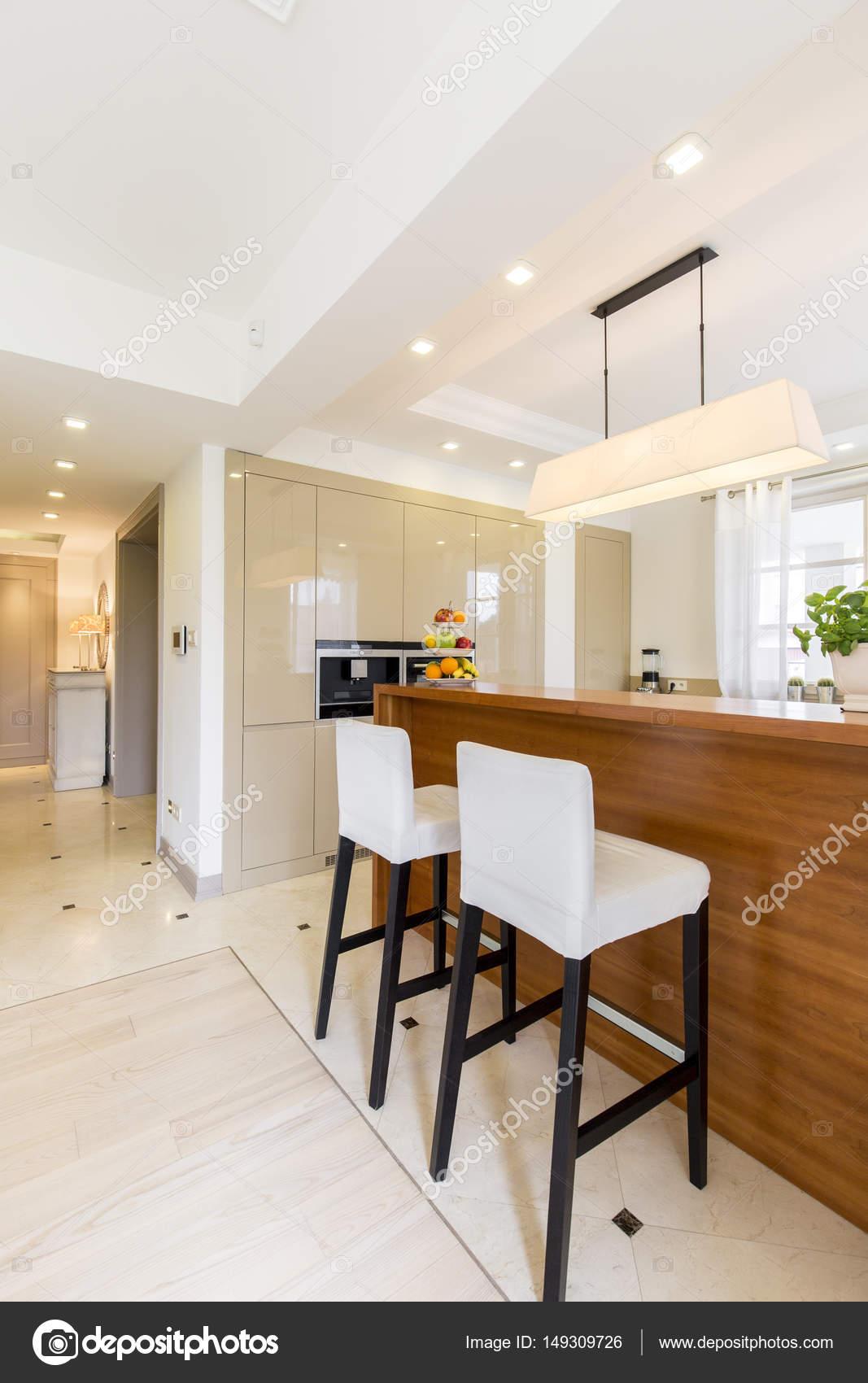 Cocina minimalista con barra | Minimalista, mesa con sillas de la ...