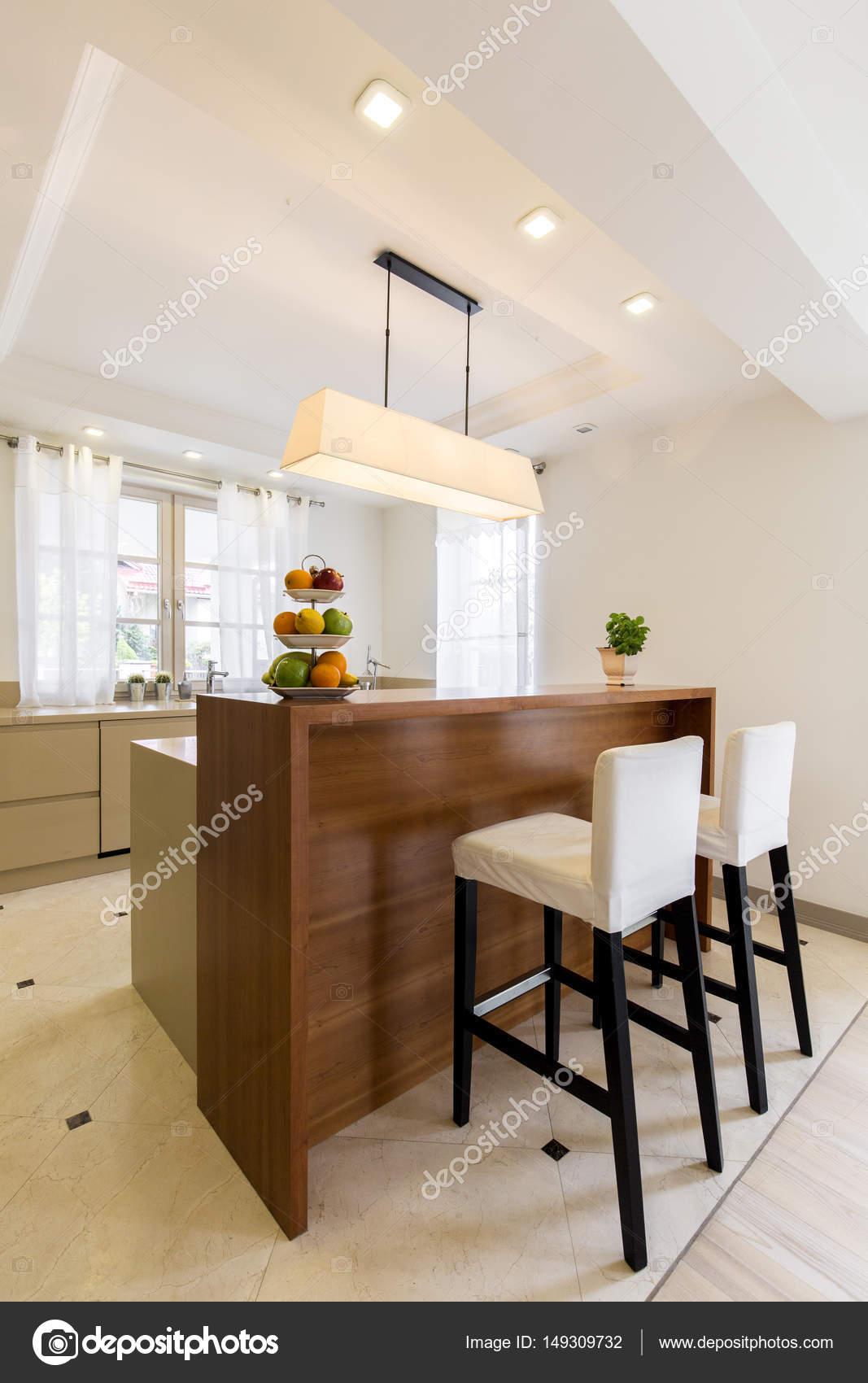 Barra mesa de una cocina elegante de madera — Fotos de Stock ...