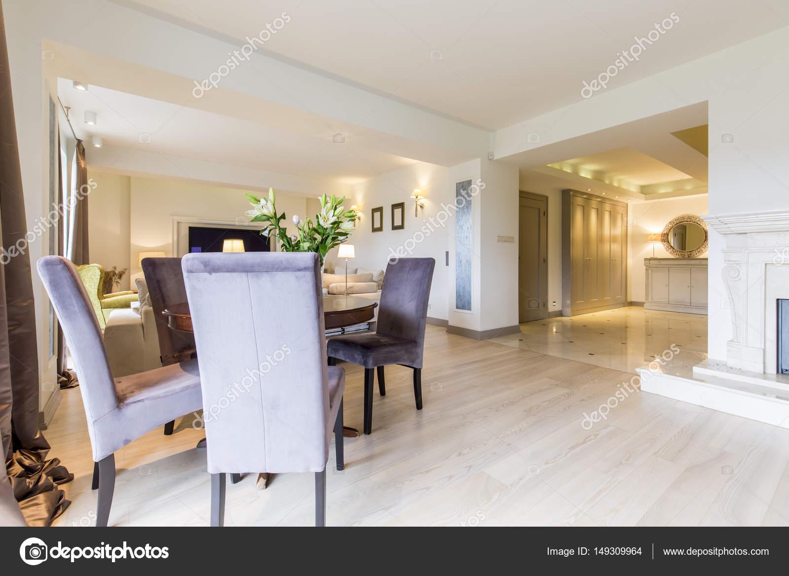 Genial Esstisch Wohnzimmer Beste Wahl Closeup S Ein Kleiner Mit Stühlen Stehend