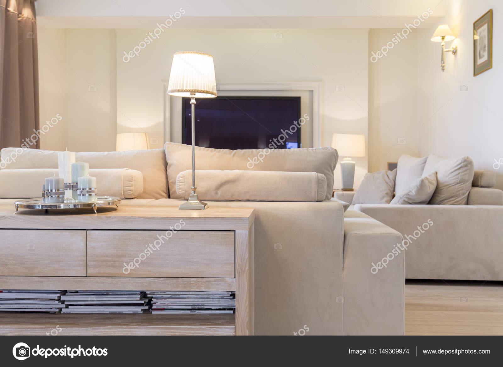 Gemütliches Wohnzimmer mit sofa — Stockfoto © photographee ...