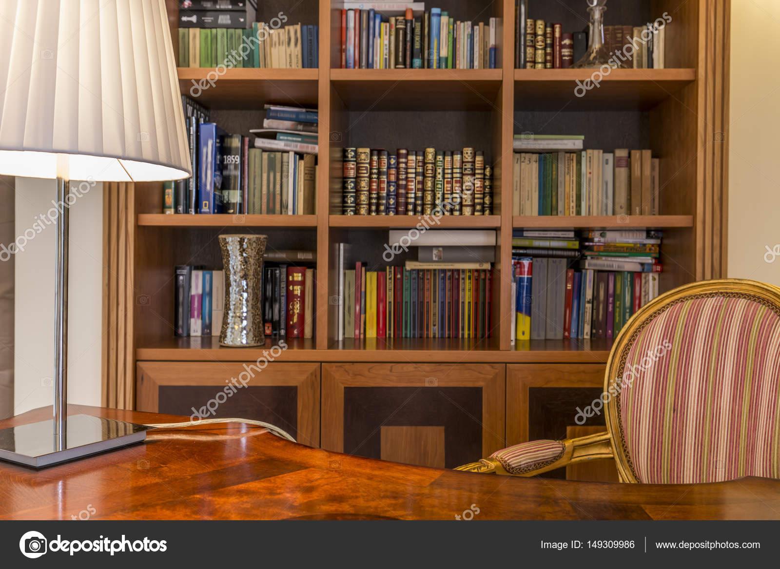 Bureau en bois et une bibliothèque classique avec des livres ...